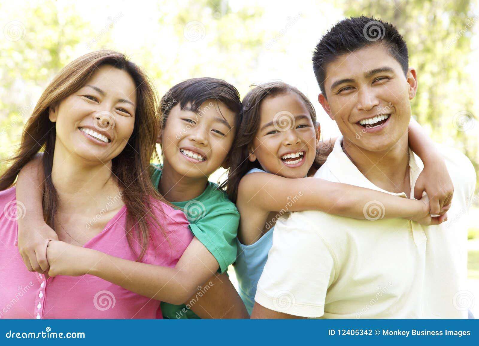Família que aprecia o dia no parque