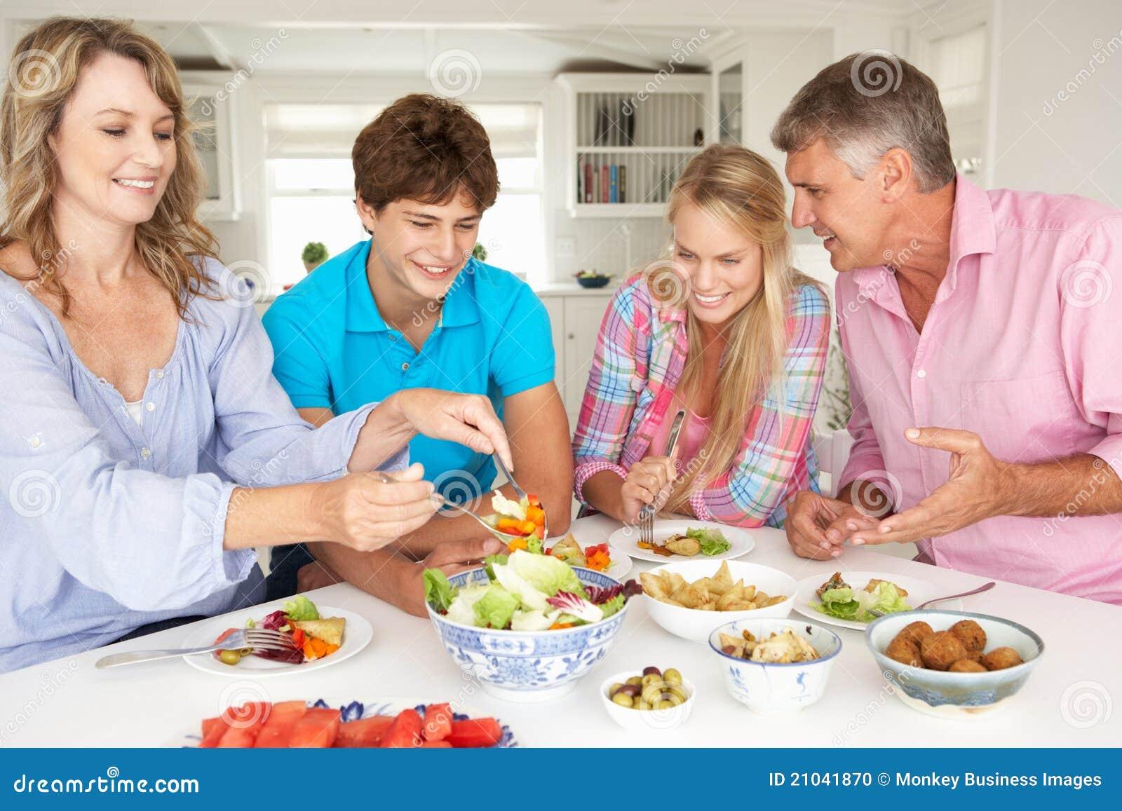 Família que aprecia a refeição