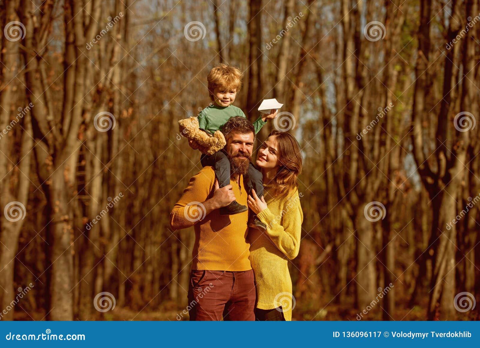 Família que caminha nas madeiras, conceito da descoberta Fazendo a descoberta nova durante férias do outono junto no selvagem des