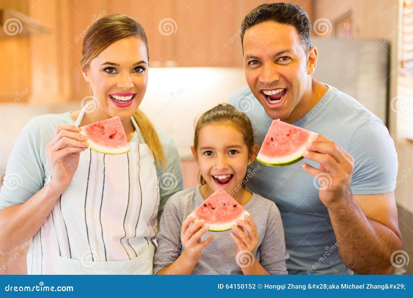 Família que come a melancia