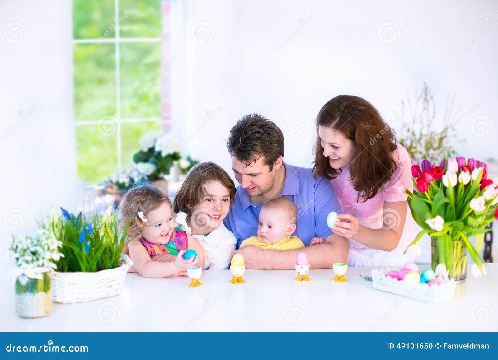 Família que come o café da manhã no dia da Páscoa