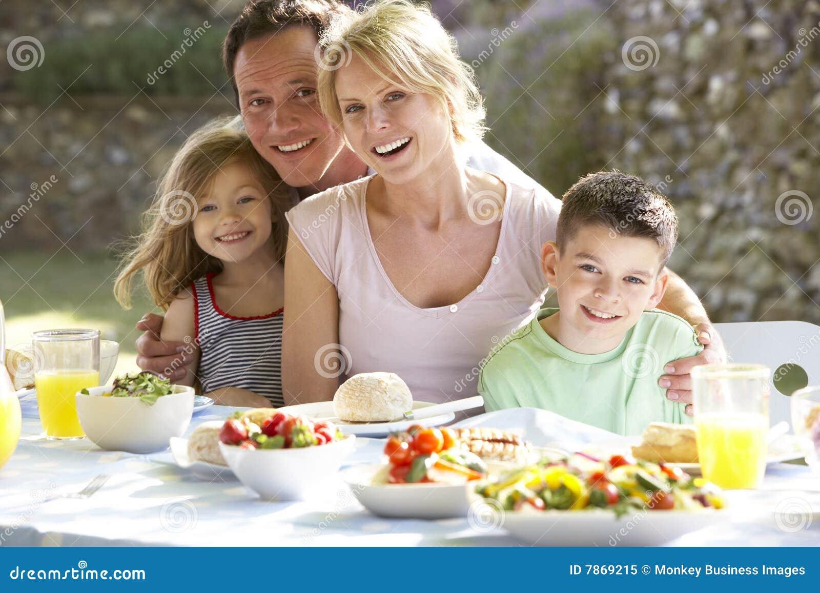 Família que come uma refeição do fresco do Al
