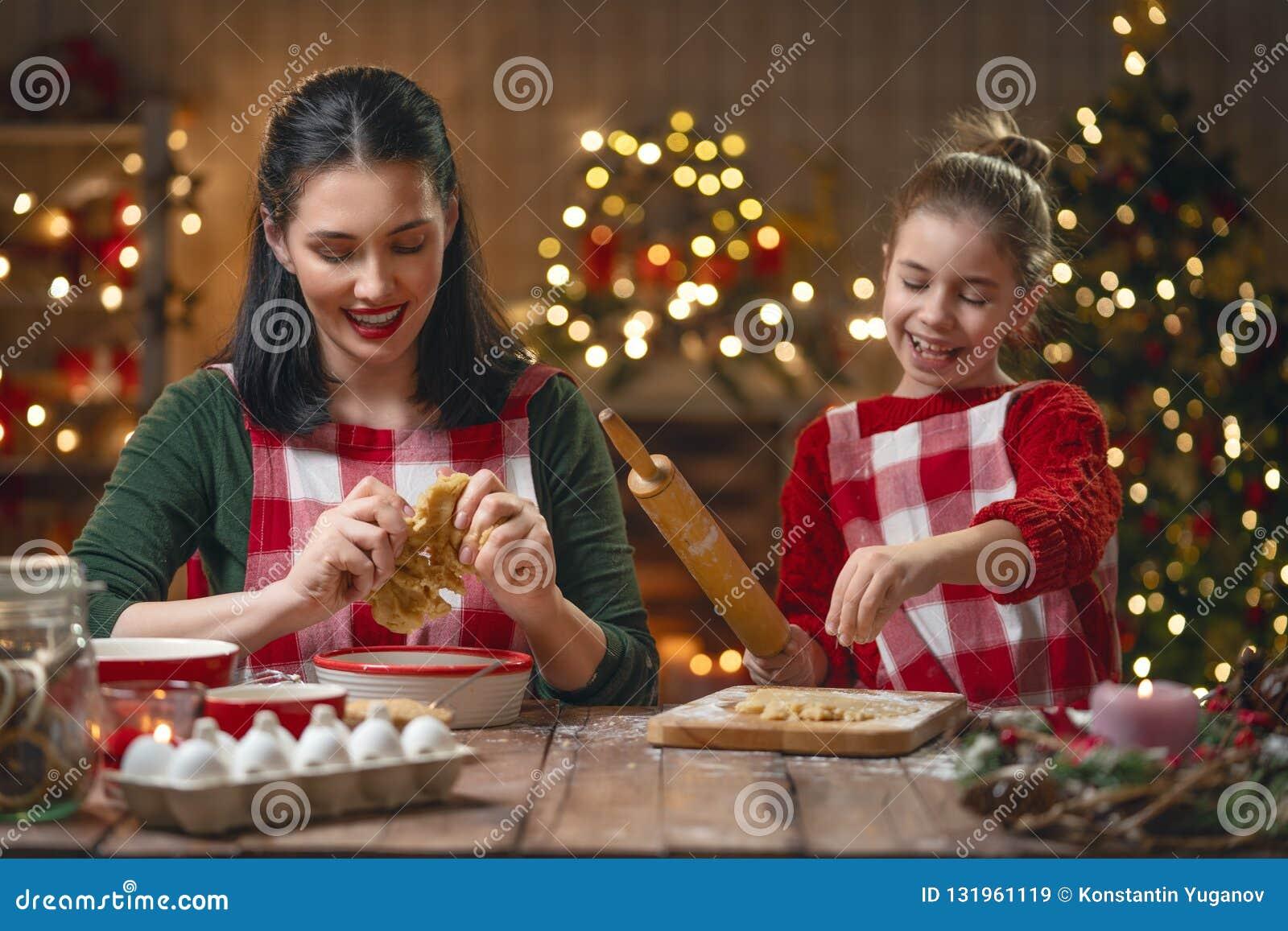 Família que cozinha cookies do Natal