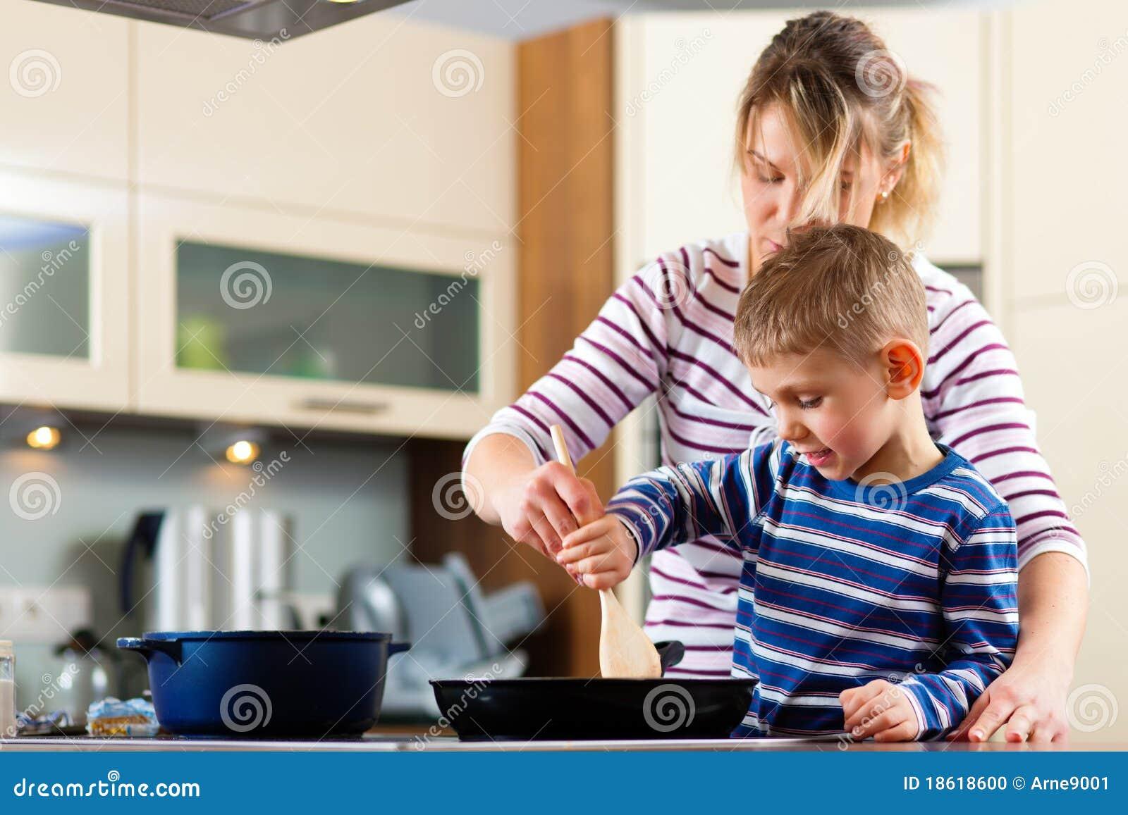 Família que cozinha na cozinha