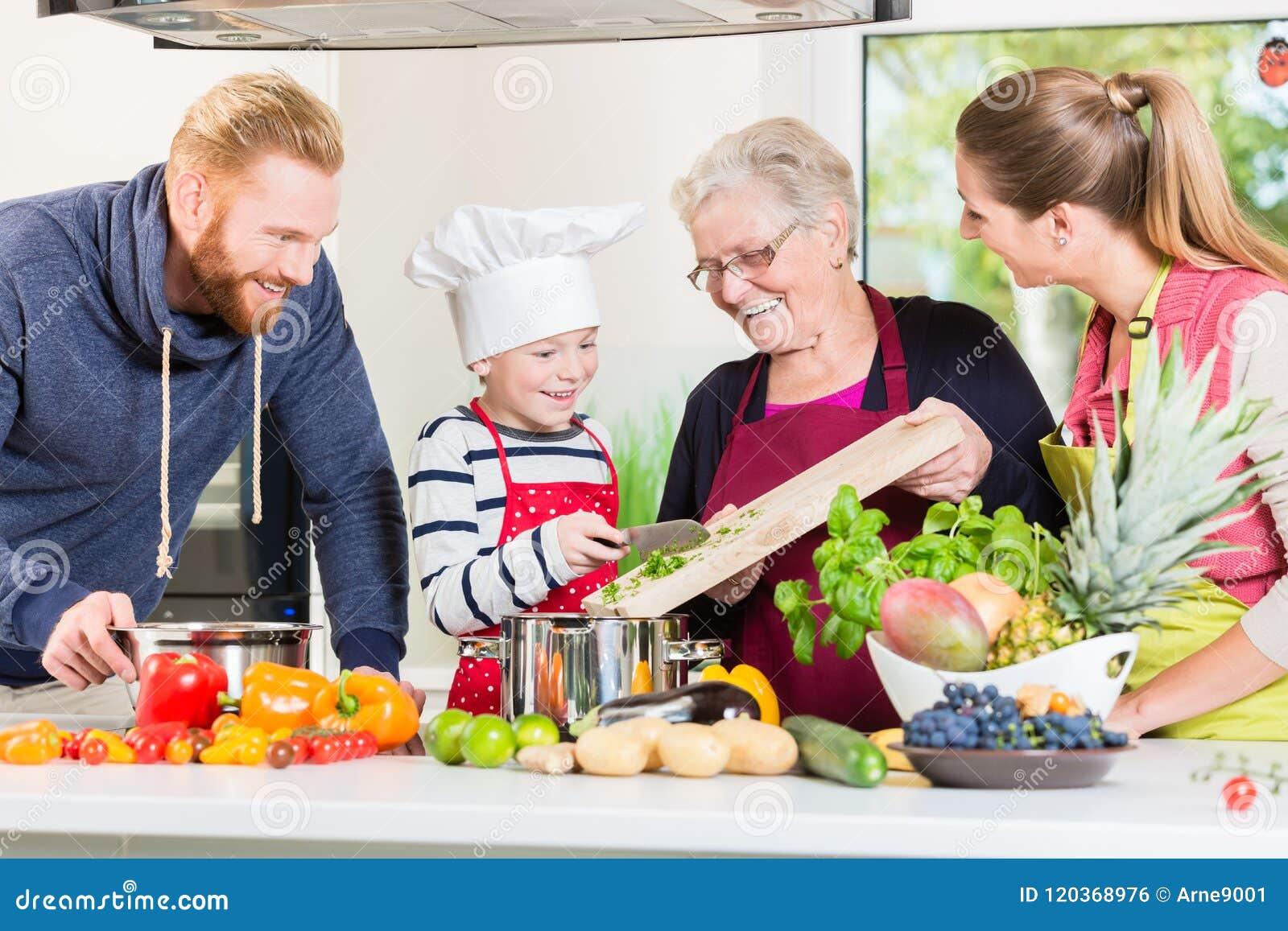 Família que cozinha no agregado familiar multigenerational