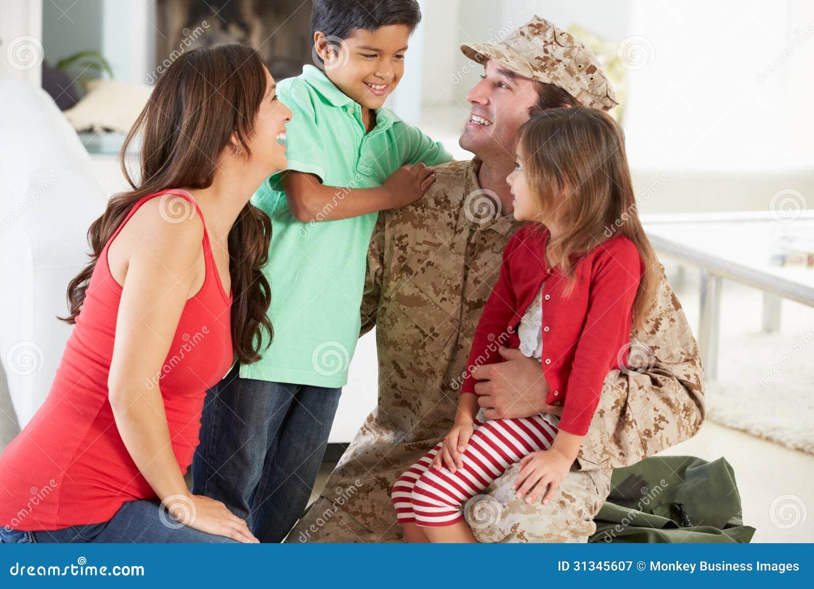 Família que cumprimenta o pai militar Home On Leave