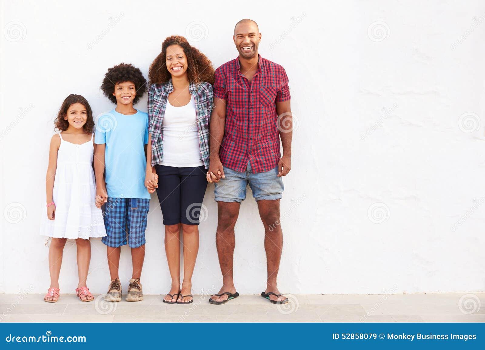 Família que está fora contra o ½ branco do ¿ de Wallï