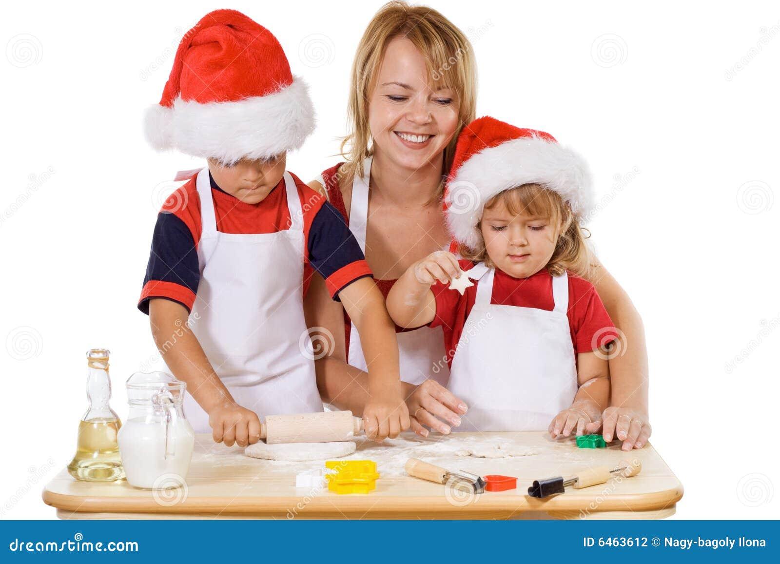Família que faz bolinhos no tempo do Natal