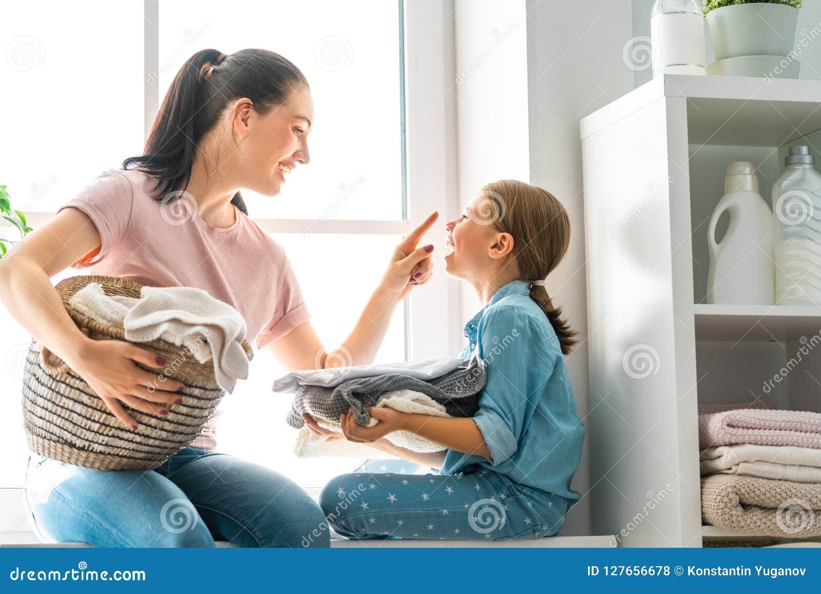 Família que faz a lavanderia em casa