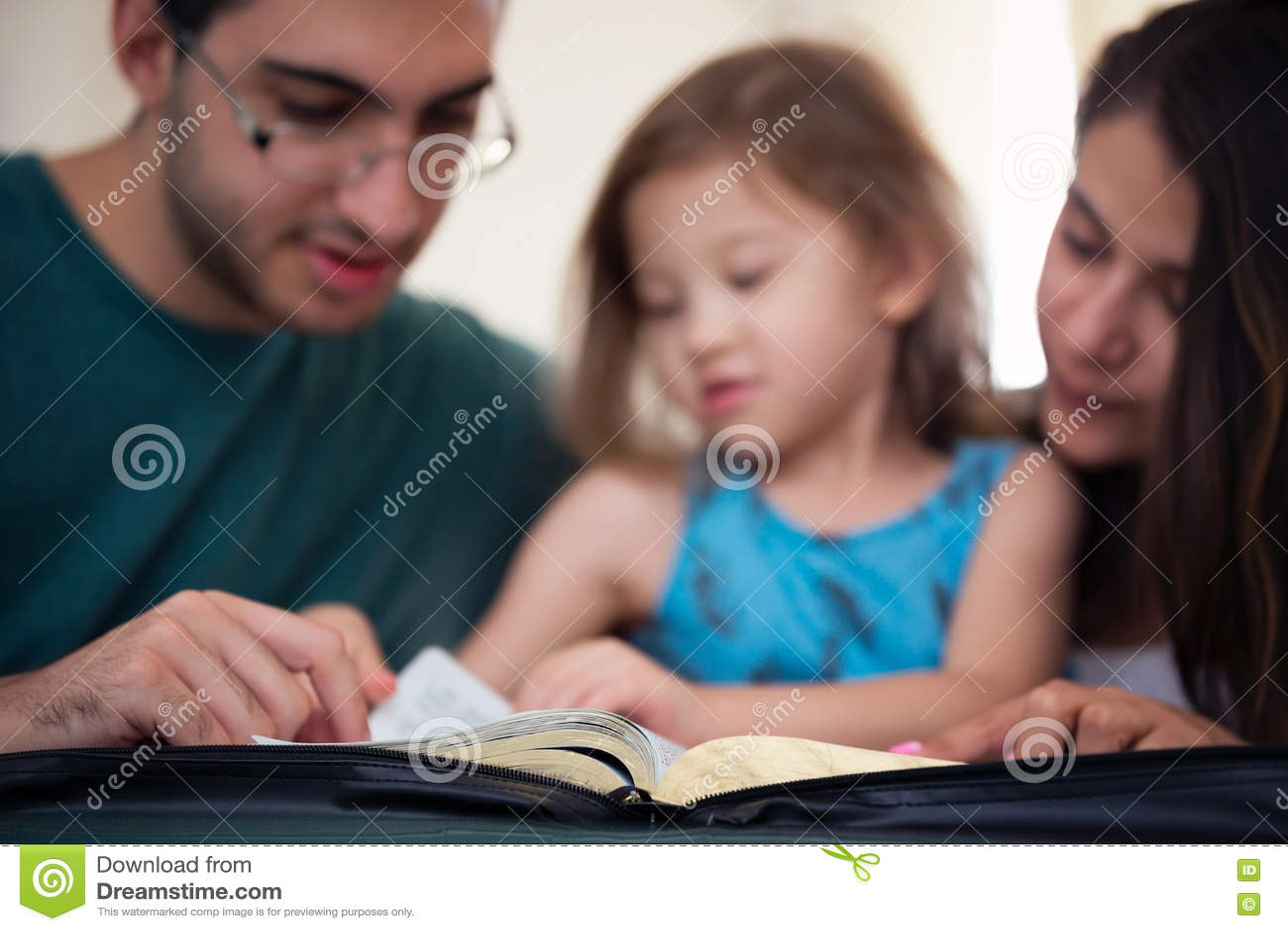 Família que lê a Bíblia junto