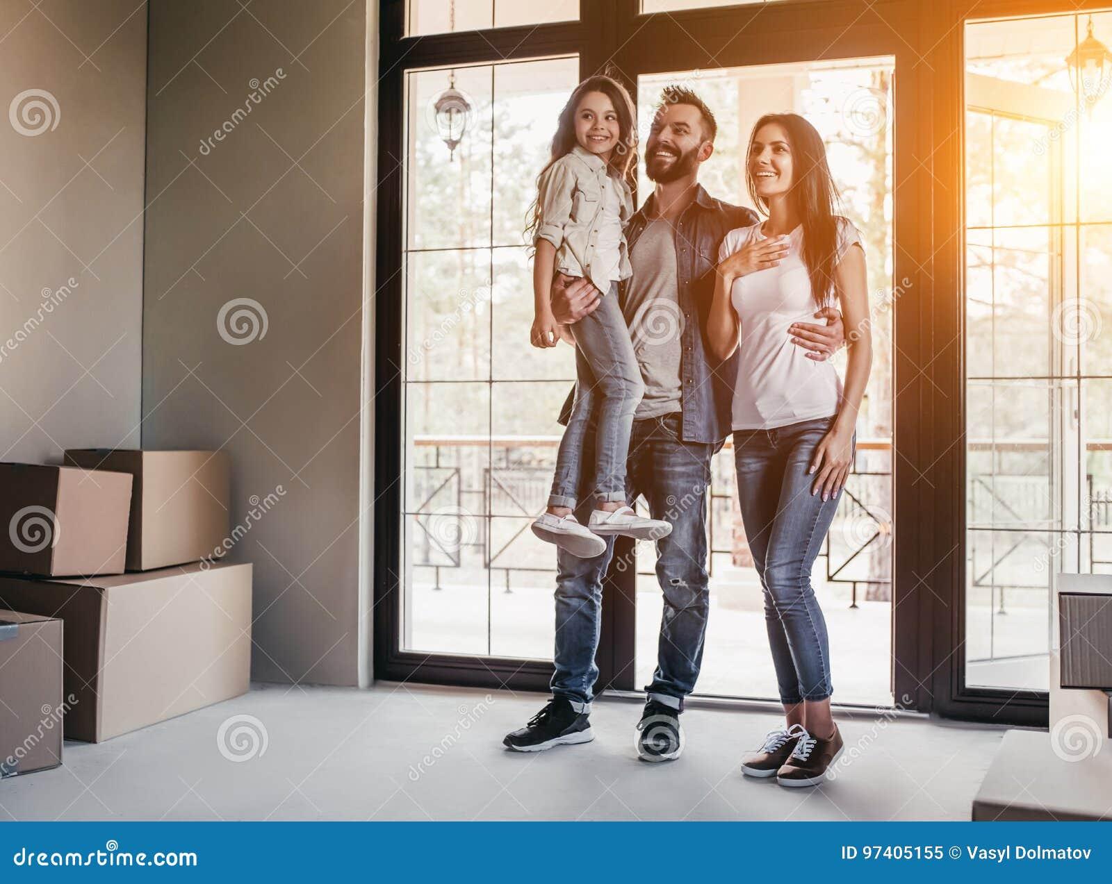 Família que move-se na casa nova