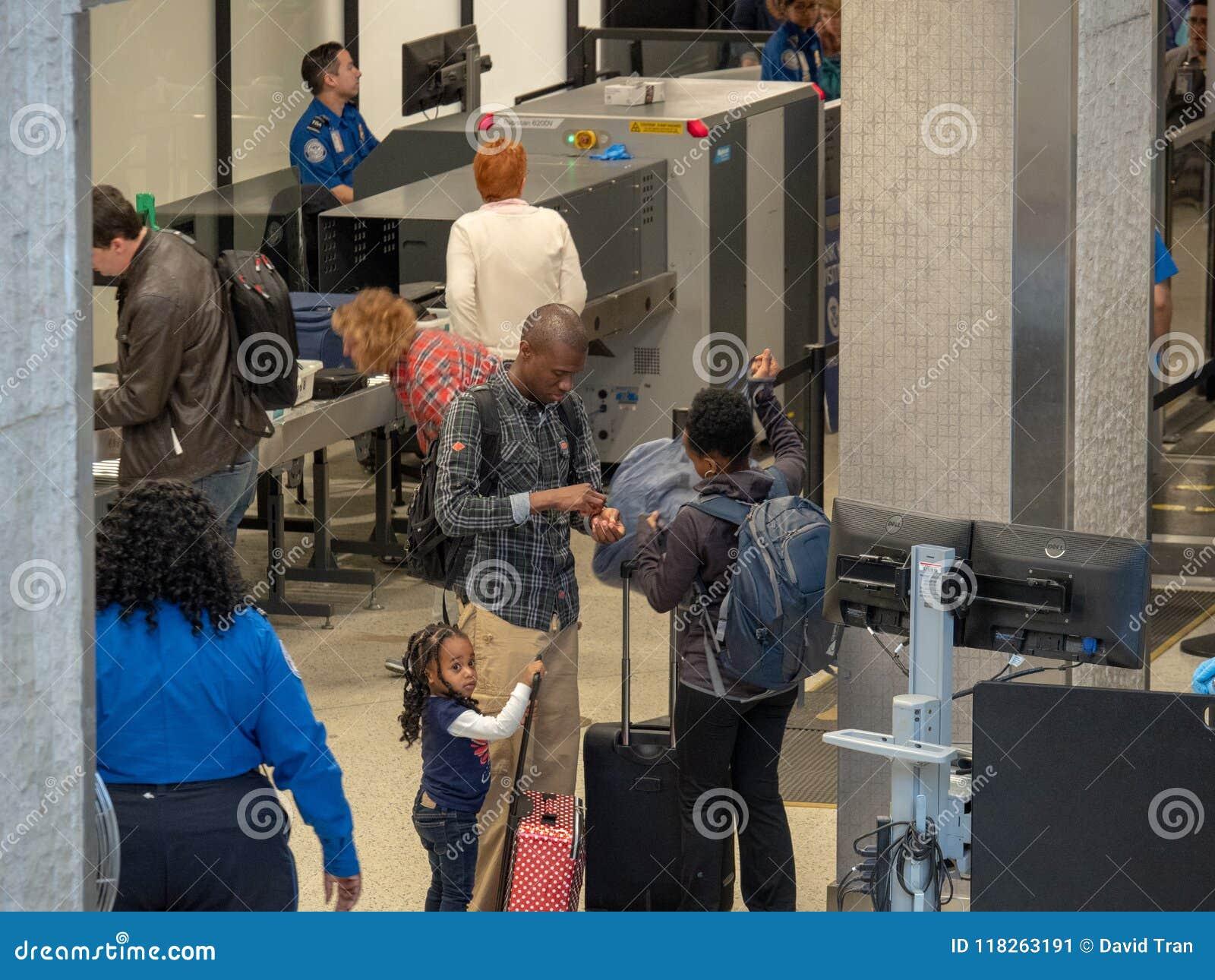 Família que recolhe pertences após a passagem com um Transportati