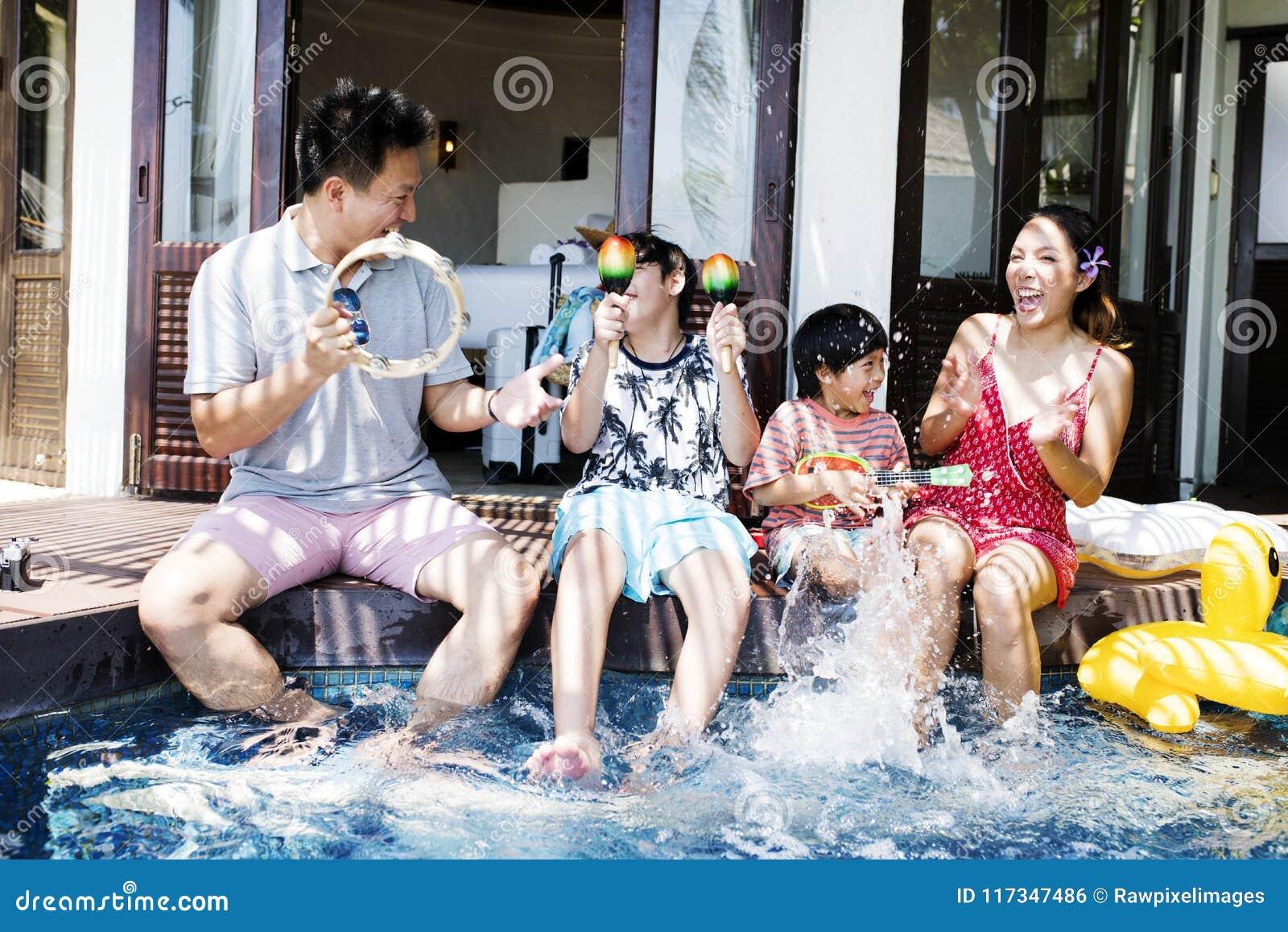 Família que tem o divertimento junto na associação
