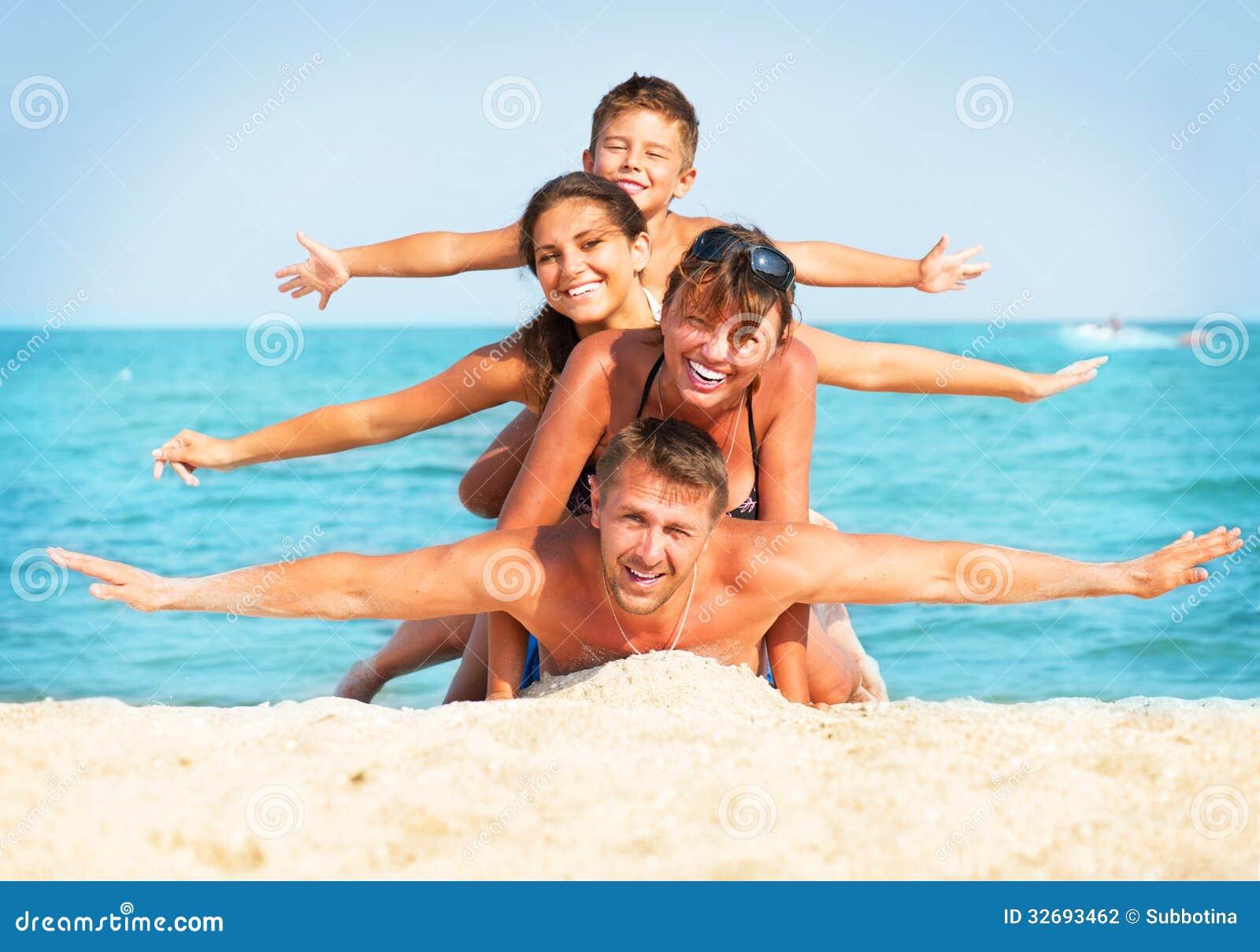 Família que tem o divertimento na praia