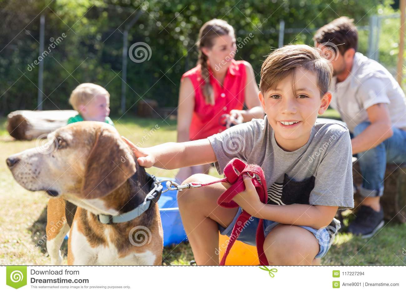 Família que toma em casa um cão do abrigo animal