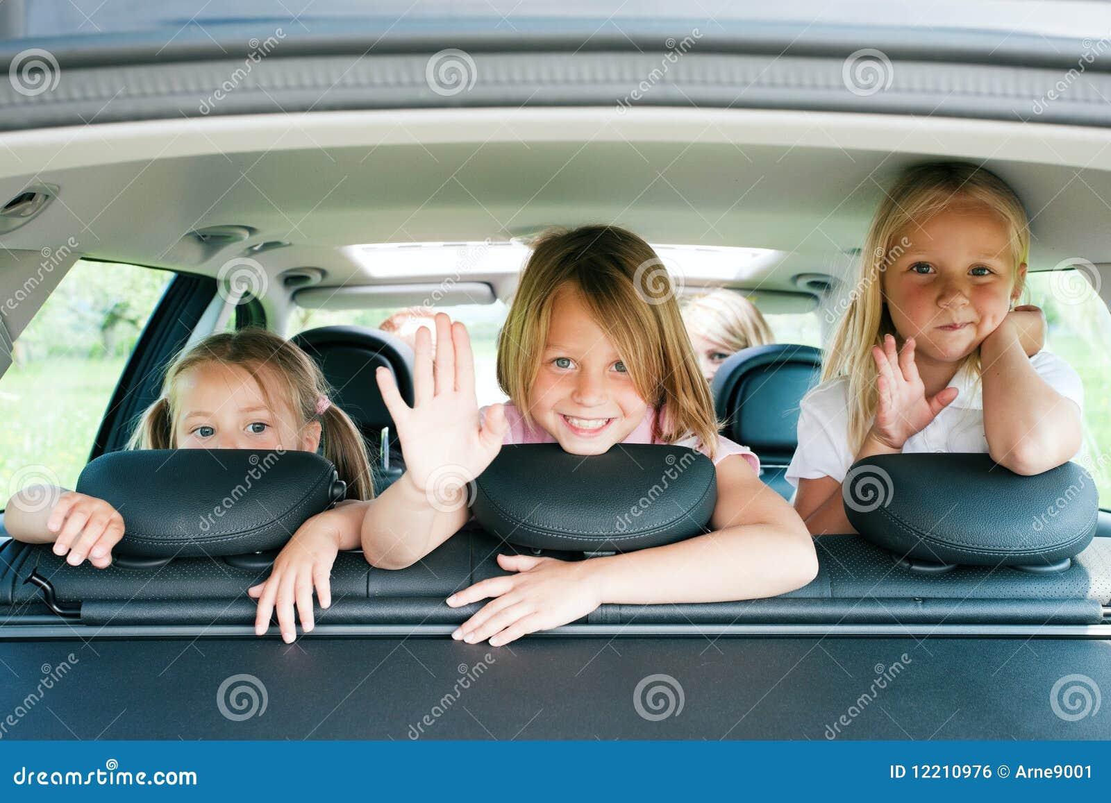 Família que viaja pelo carro