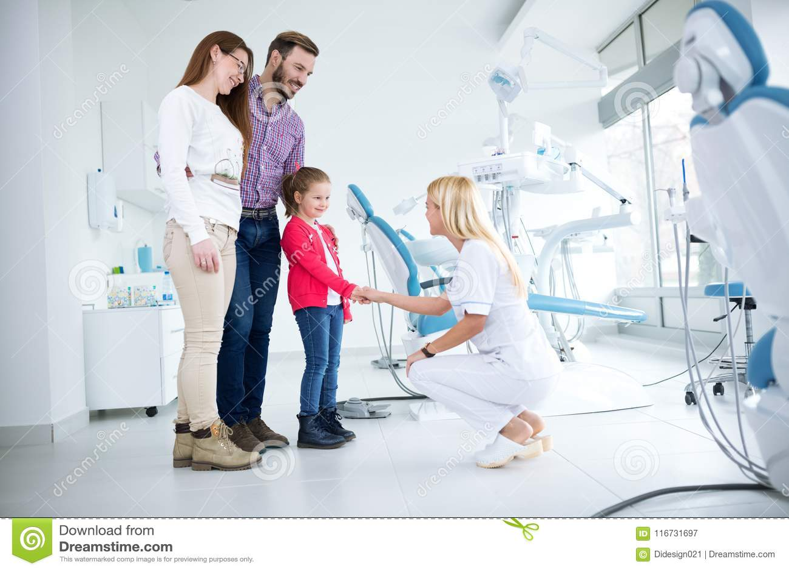 A família visita o dentista no escritório dental