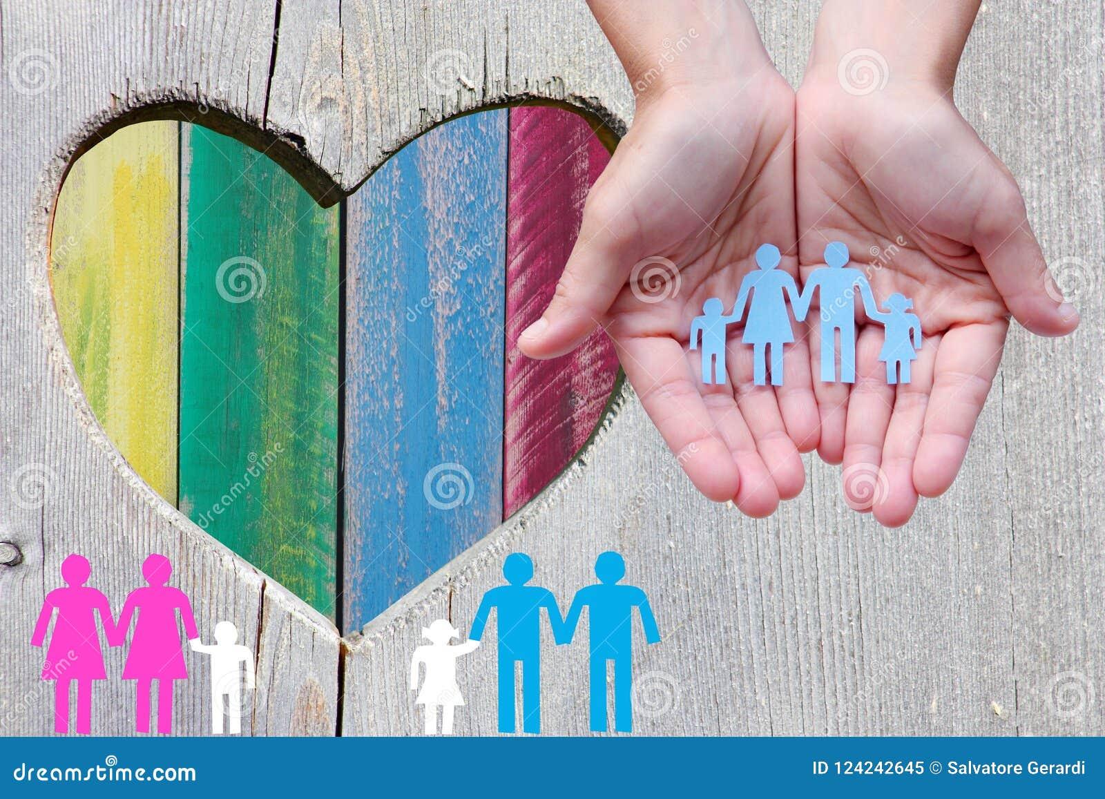 Famílias do gay e lesbiana no fundo de madeira com coração multicolorido do arco-íris