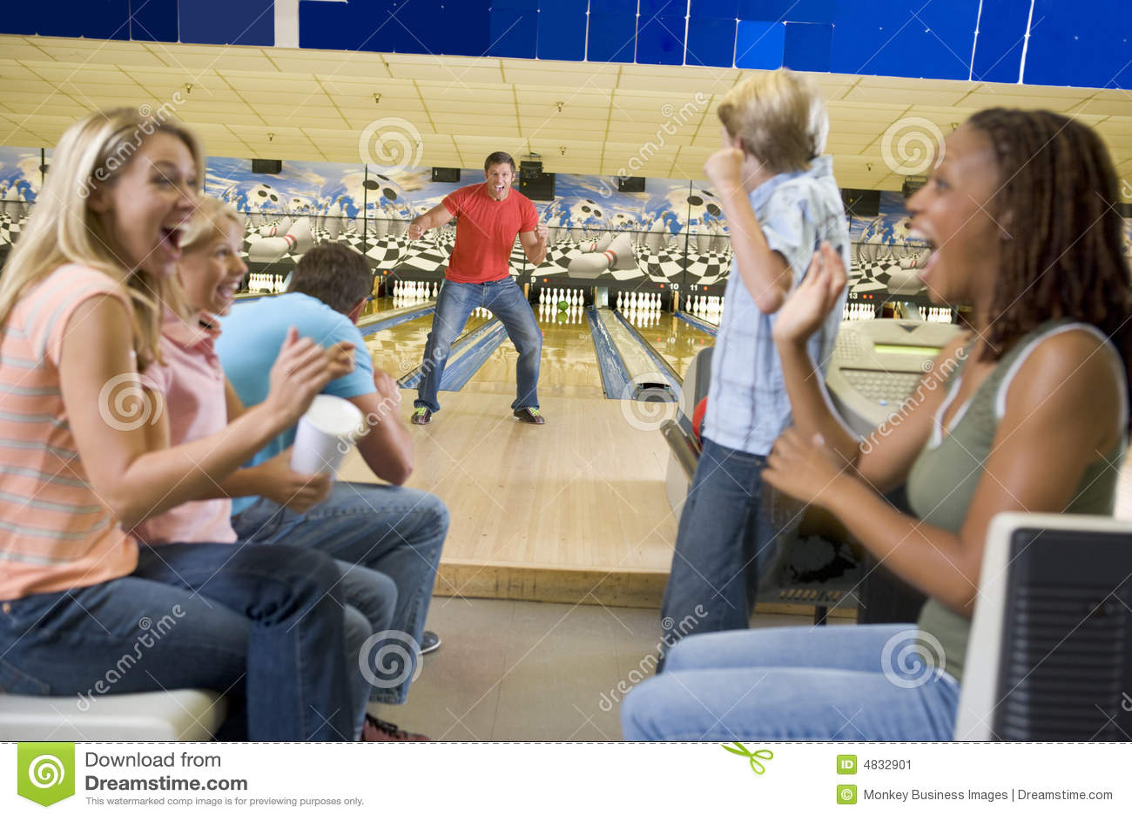 Famílias no desengate à aléia de bowling