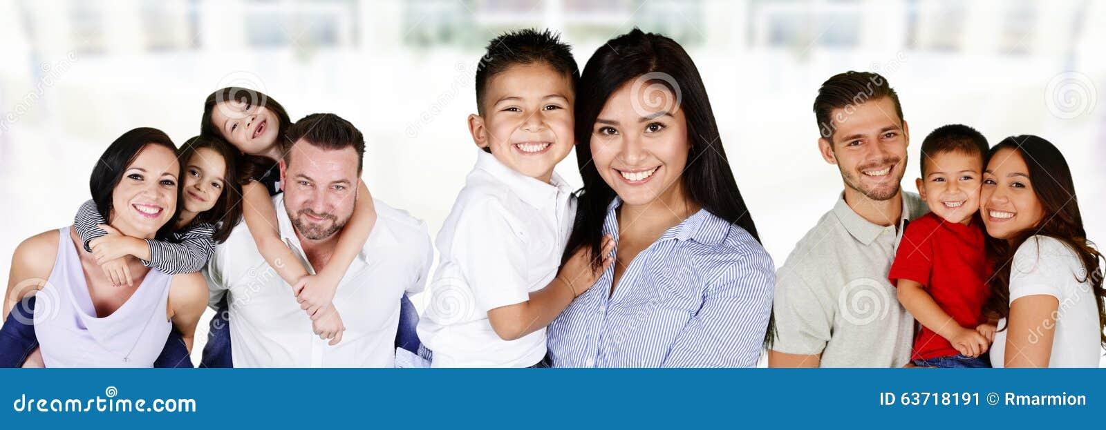 Famílias novas felizes