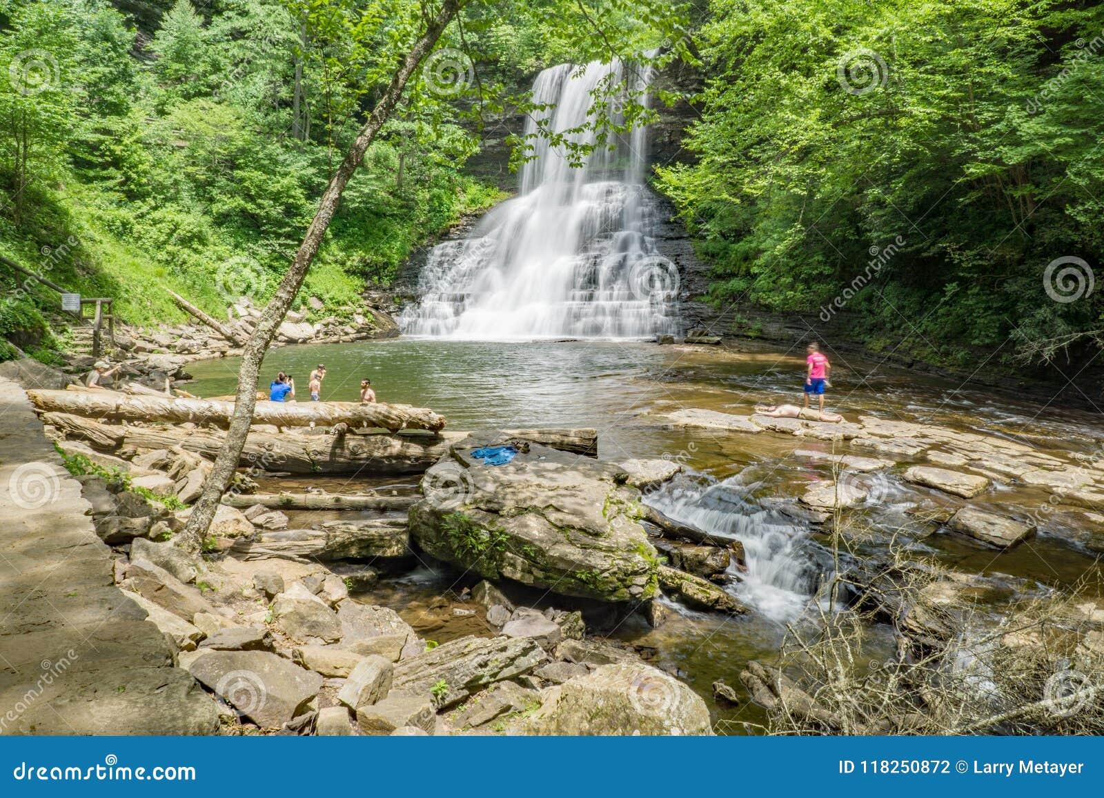 Famílias que apreciam as quedas das cascatas, Giles County, Virgínia, EUA