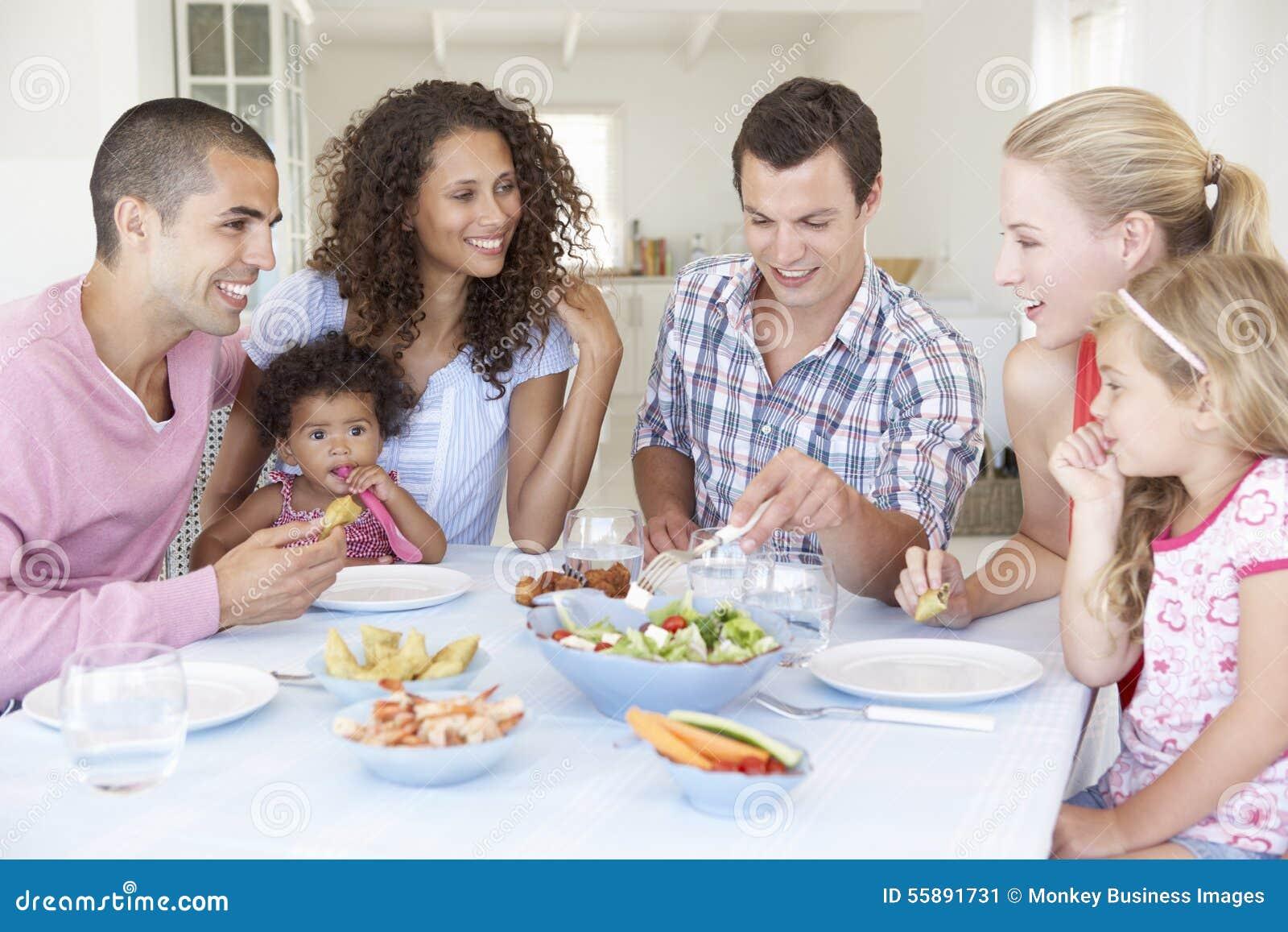 Famílias que apreciam a refeição junto em casa