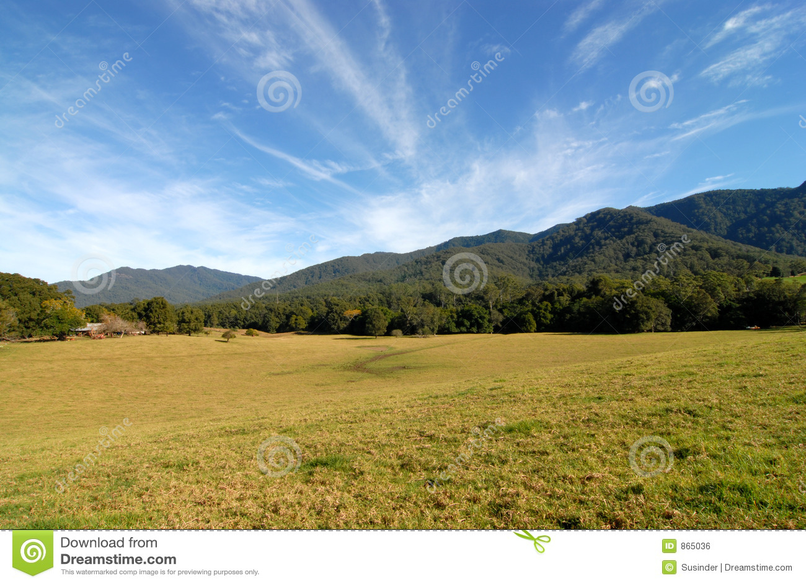 Fam βουνά κάτω από την κοιλάδα