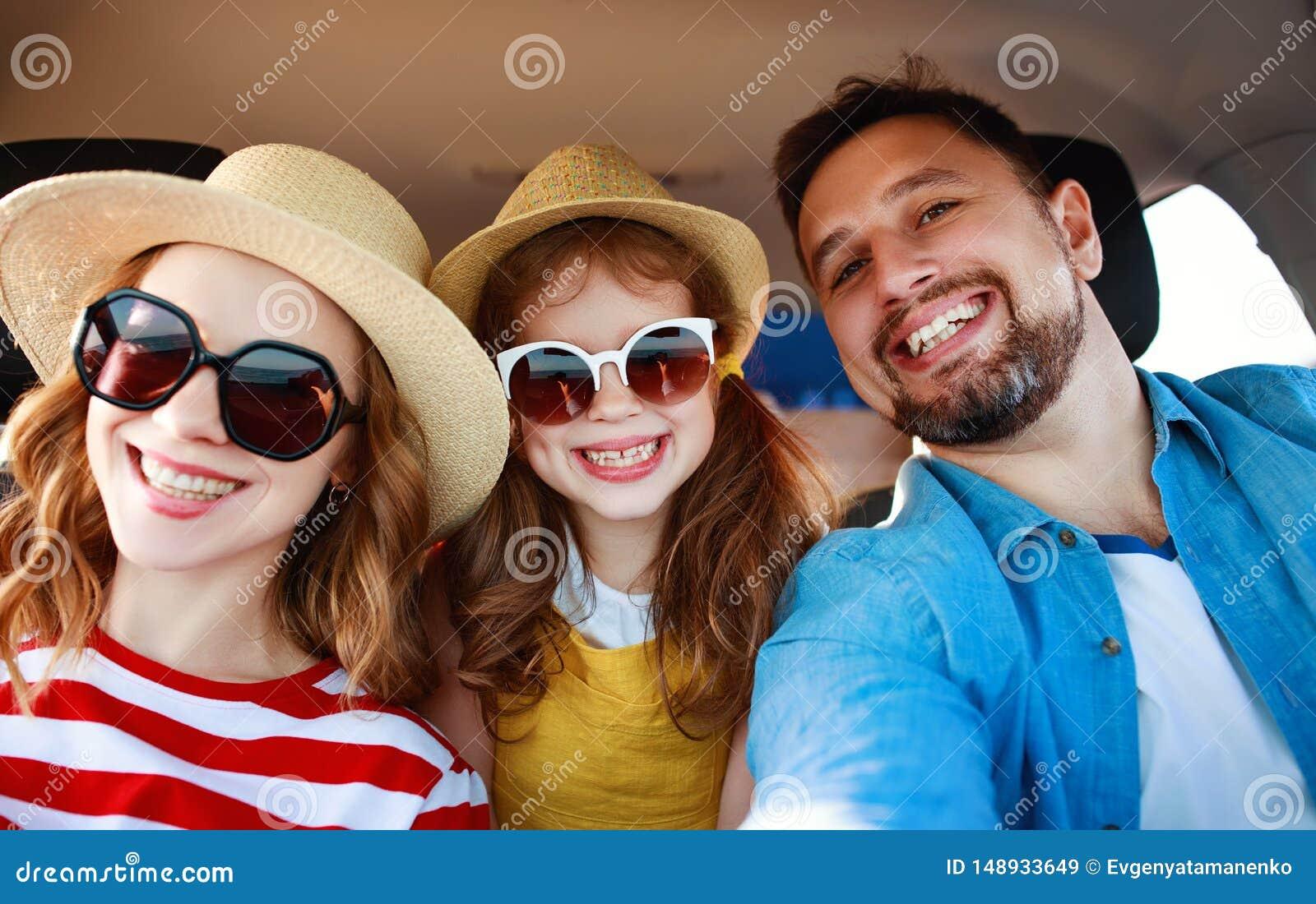 Fam?lia feliz curso da viagem do ver?o no auto pelo carro na praia