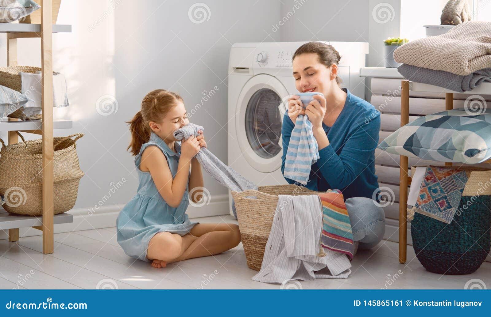 Fam?lia que faz a lavanderia