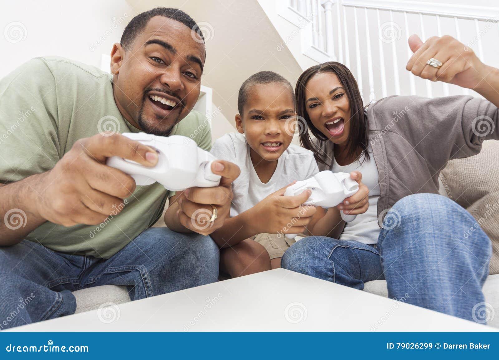Famiglia afroamericana divertendosi giocando il videogioco del computer