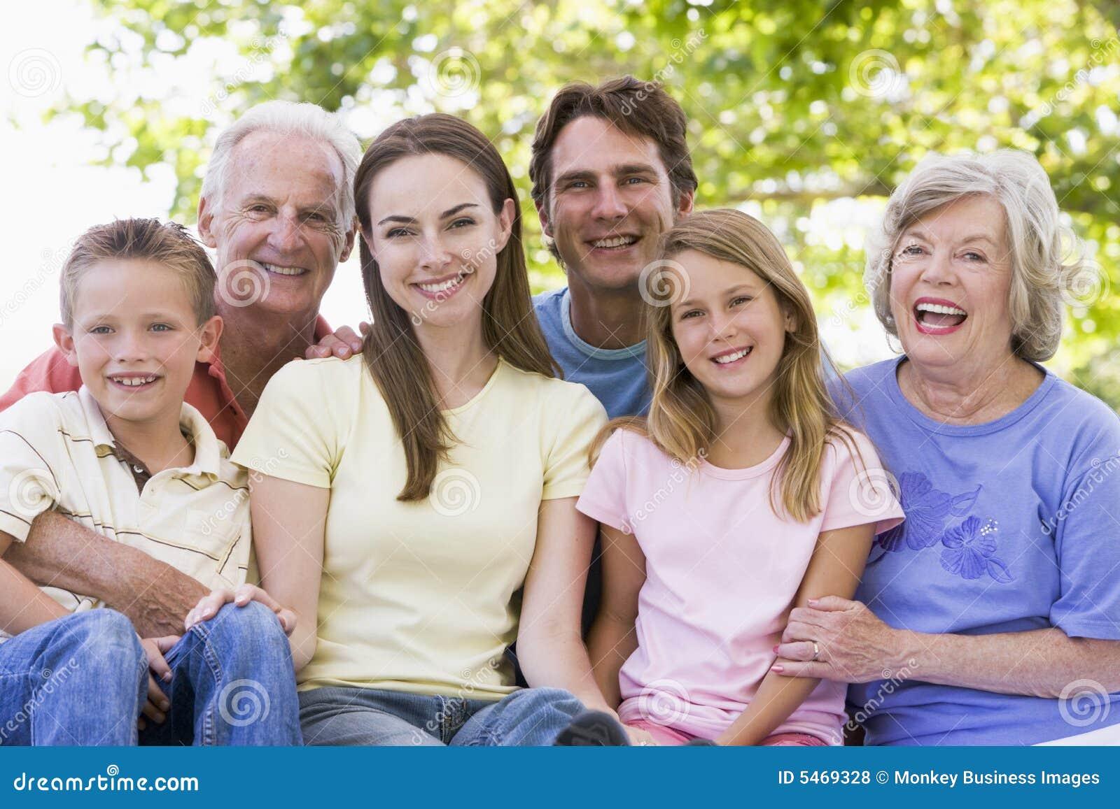 Famiglia allargata all aperto che sorride