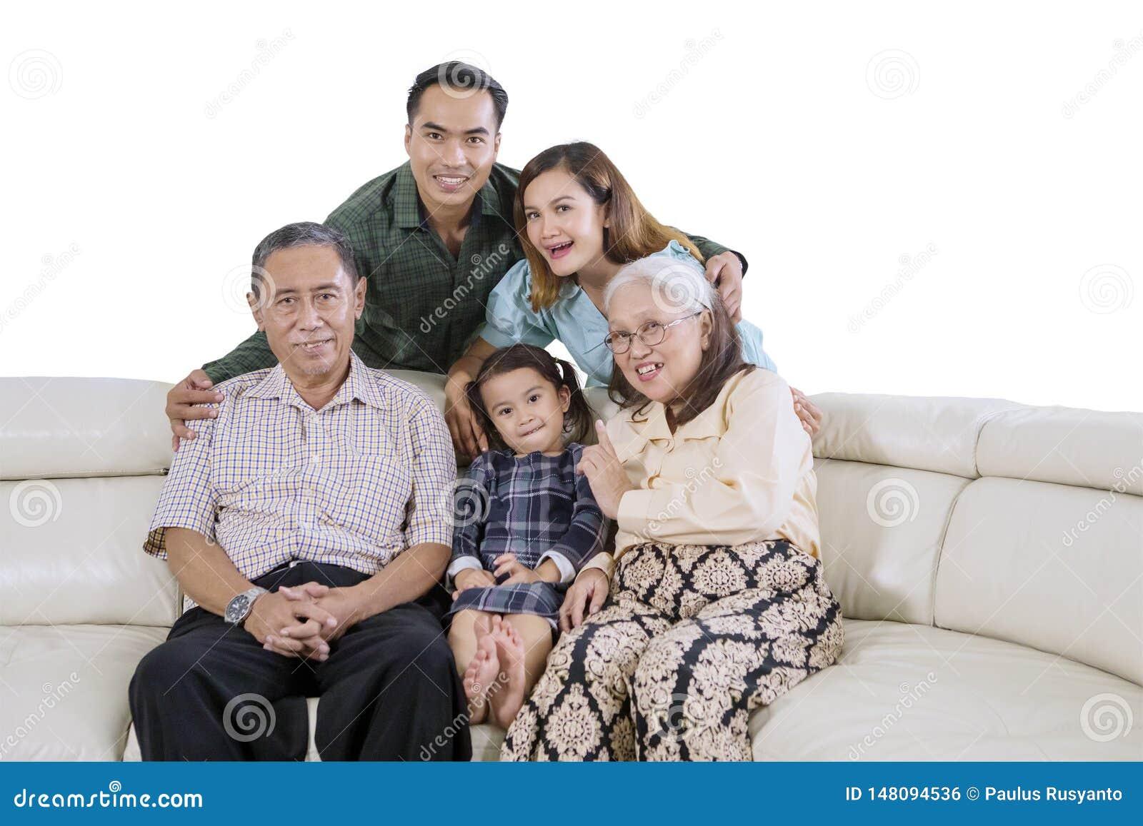 Famiglia allargata che prende un immagine del selfie del gruppo