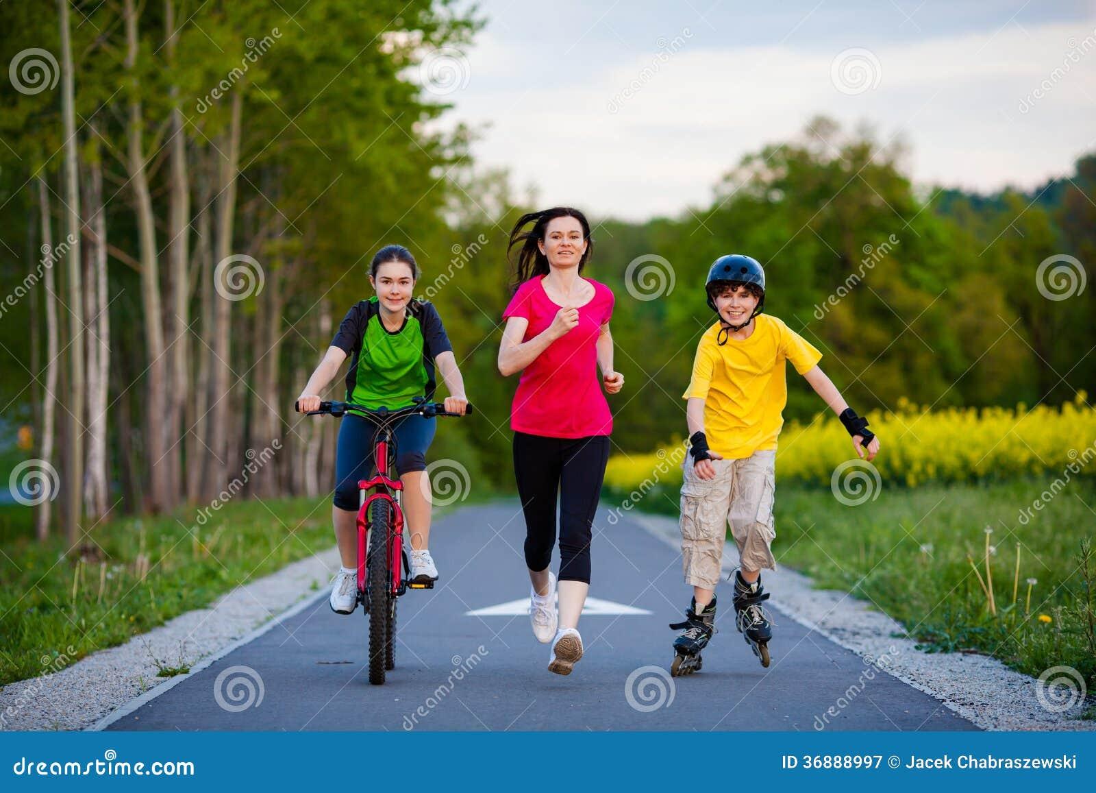 Download Famiglia Attiva - Madre E Bambini Che Mantenono, Ciclismo, Rollerblading Immagine Stock - Immagine di godimento, bici: 36888997
