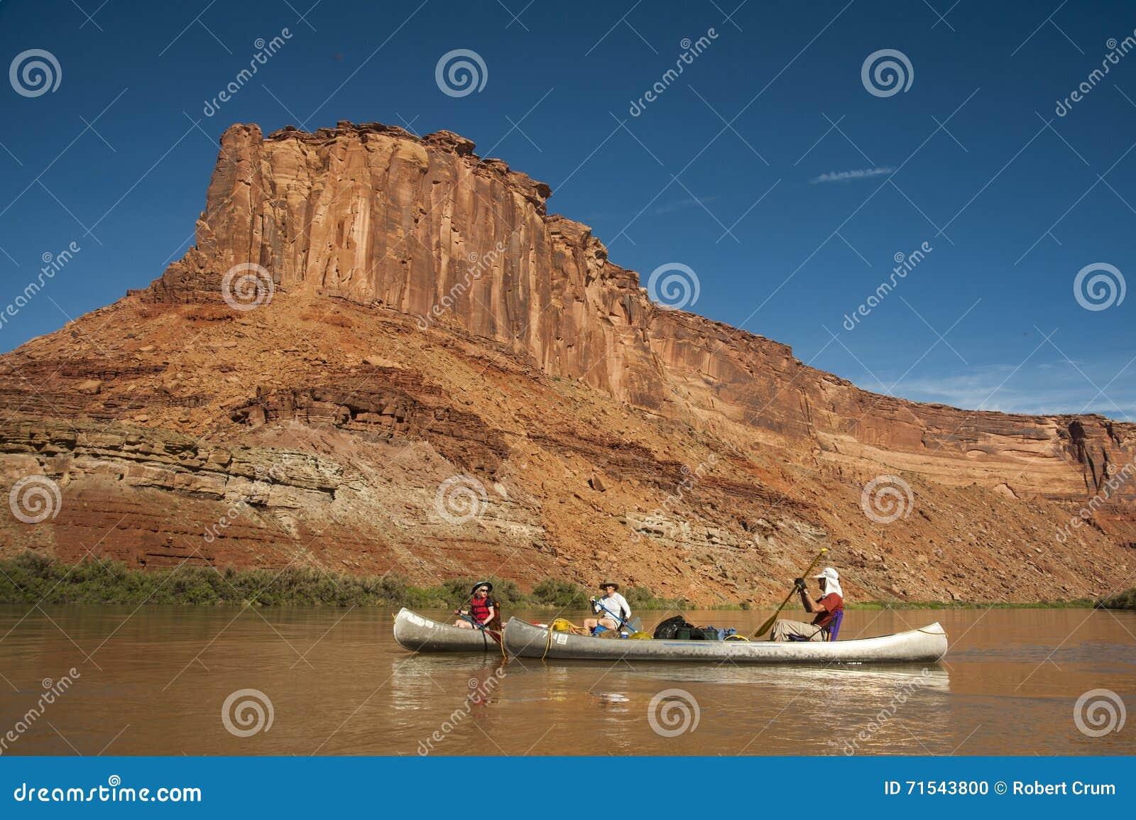 Famiglia in canoe sul fiume del deserto fotografia stock for Cabine sul bordo del fiume
