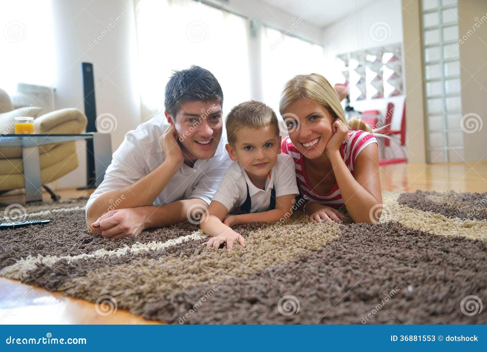 Download Famiglia a casa immagine stock. Immagine di bambino, ragazzo - 36881553