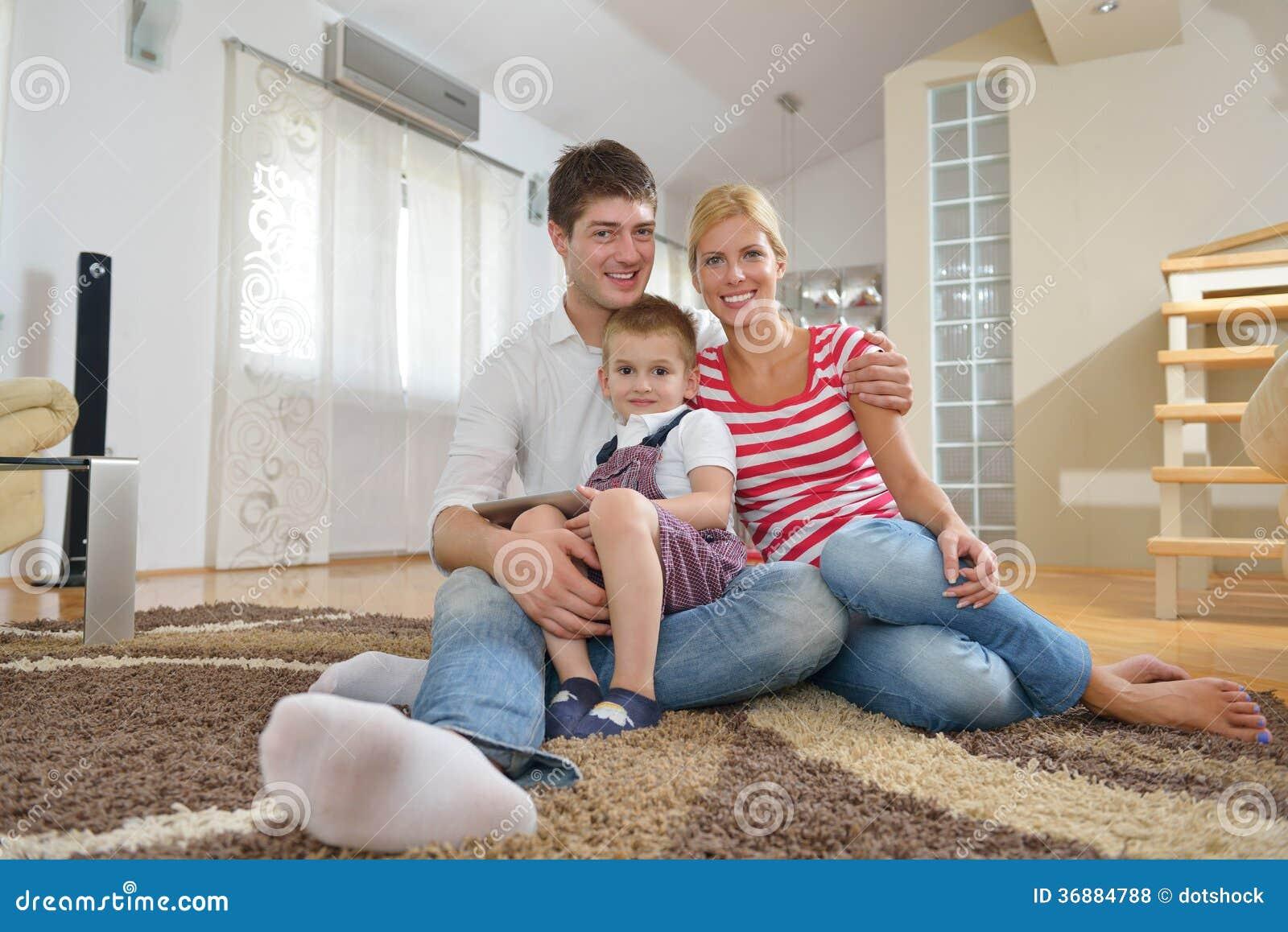 Download Famiglia a casa fotografia stock. Immagine di bello, lifestyle - 36884788