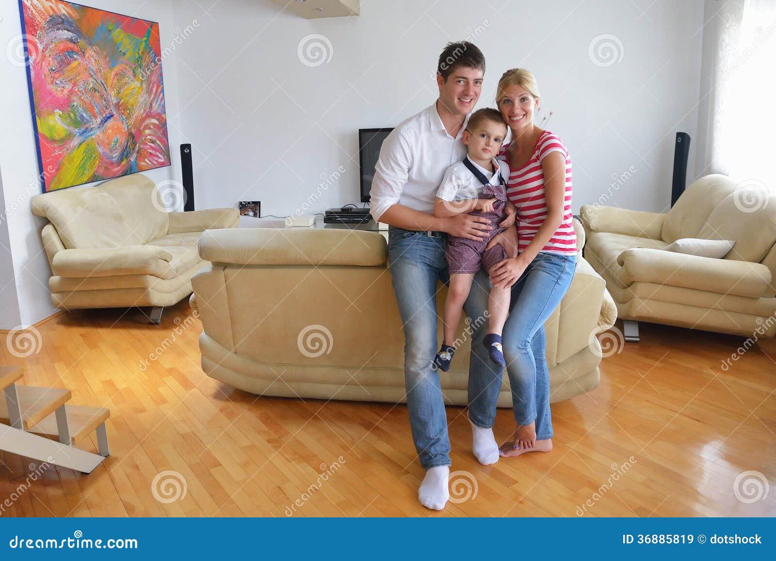 Download Famiglia a casa immagine stock. Immagine di bello, interno - 36885819