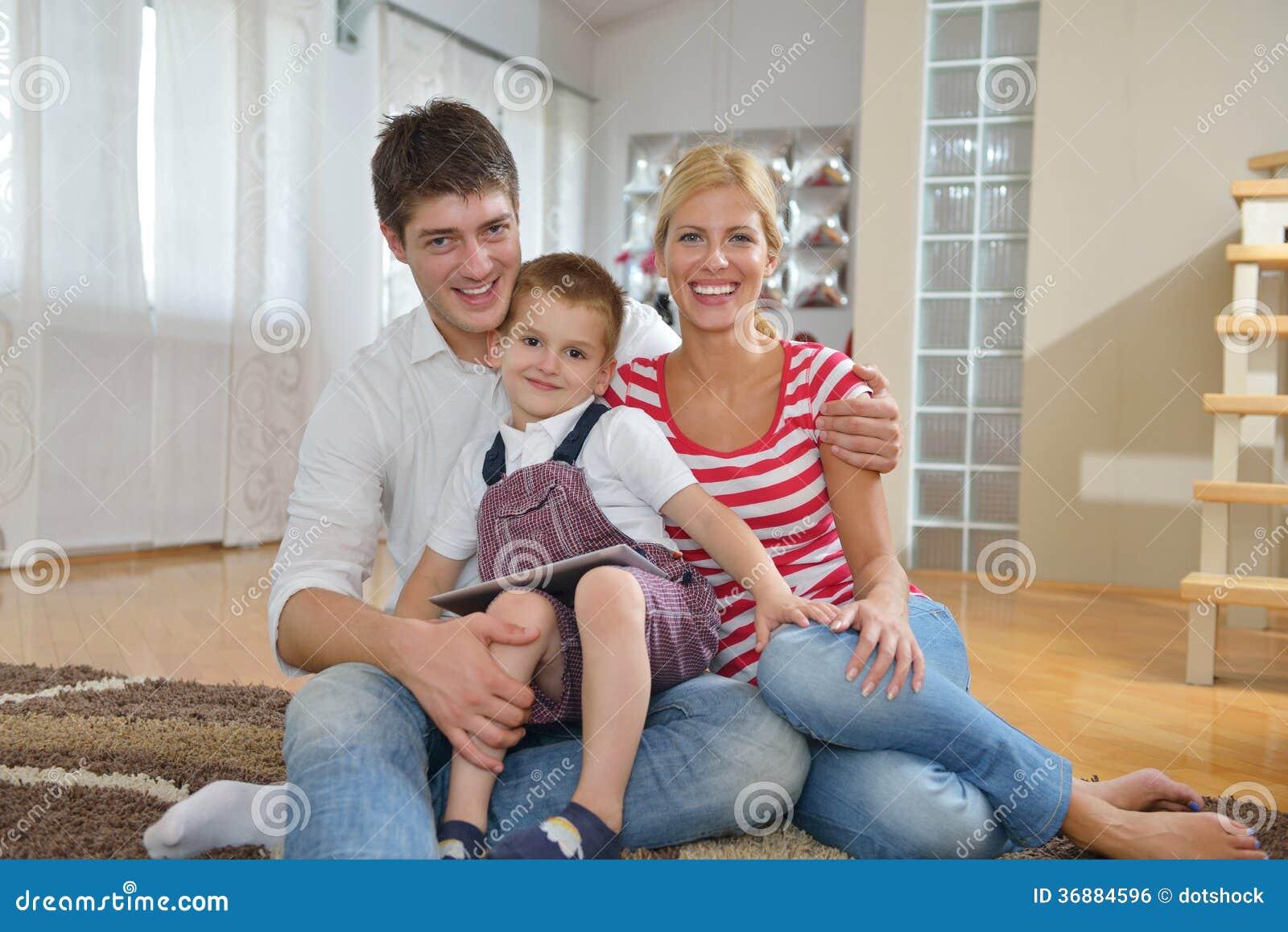 Download Famiglia A Casa Facendo Uso Del Computer Della Compressa Fotografia Stock - Immagine di elettronico, domestico: 36884596