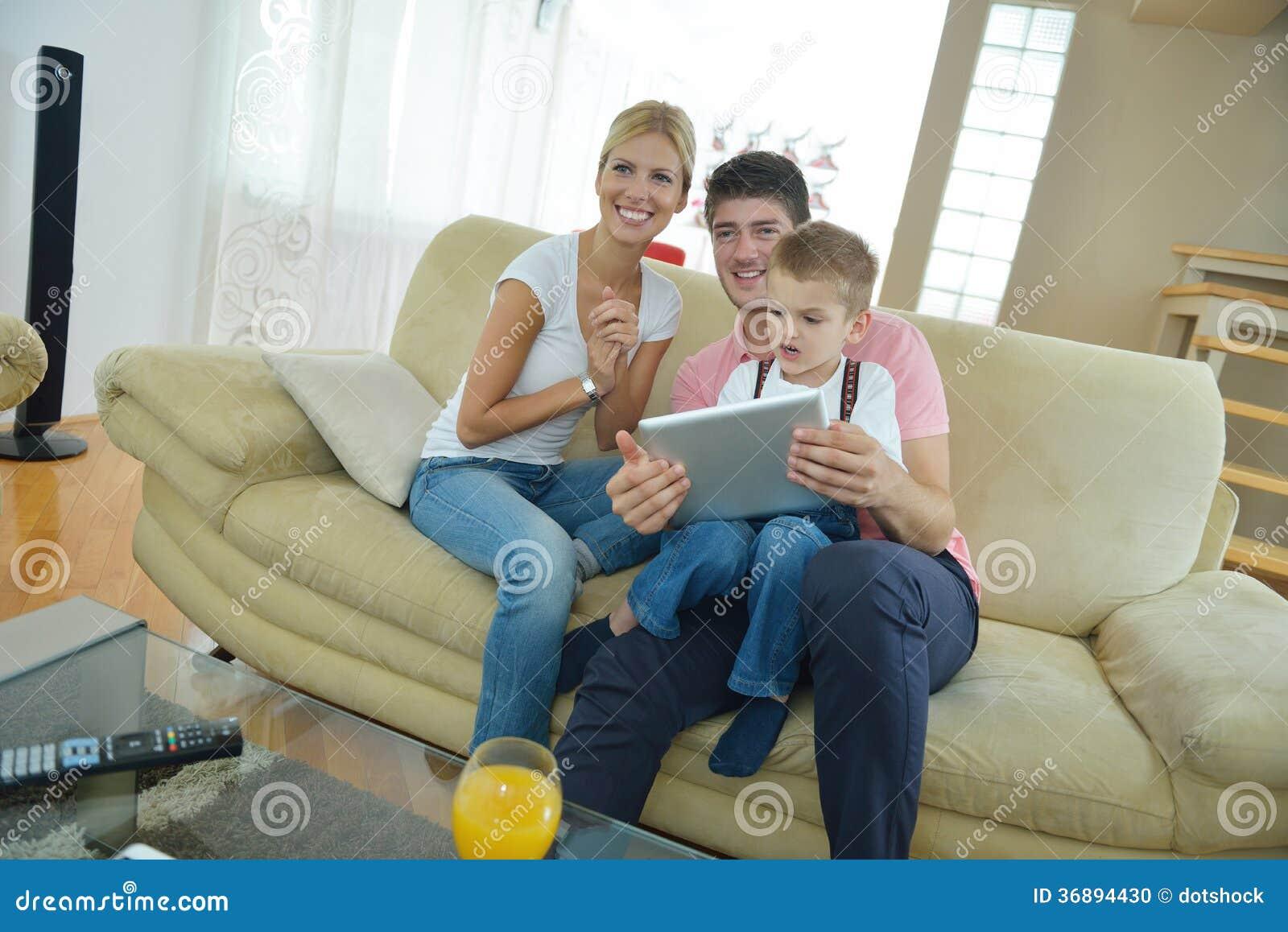 Download Famiglia A Casa Facendo Uso Del Computer Della Compressa Fotografia Stock - Immagine di bambino, digitale: 36894430
