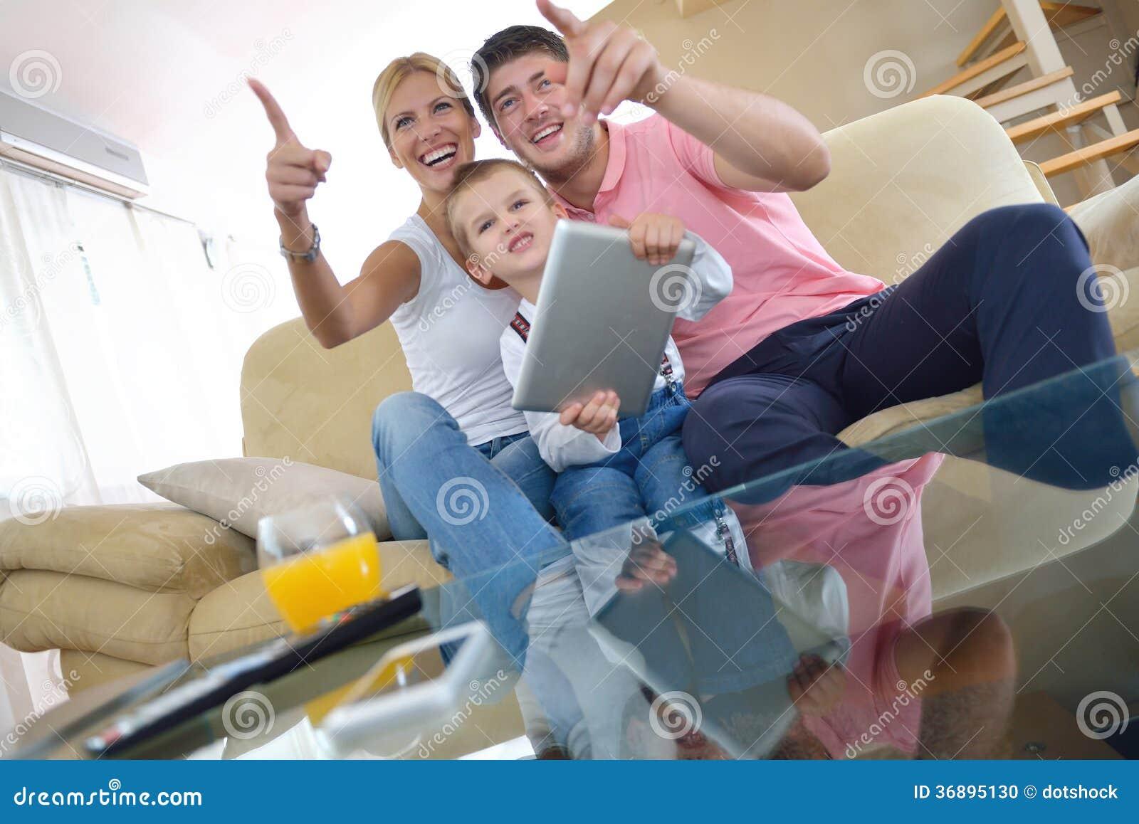 Download Famiglia A Casa Facendo Uso Del Computer Della Compressa Fotografia Stock - Immagine di digitale, genitore: 36895130
