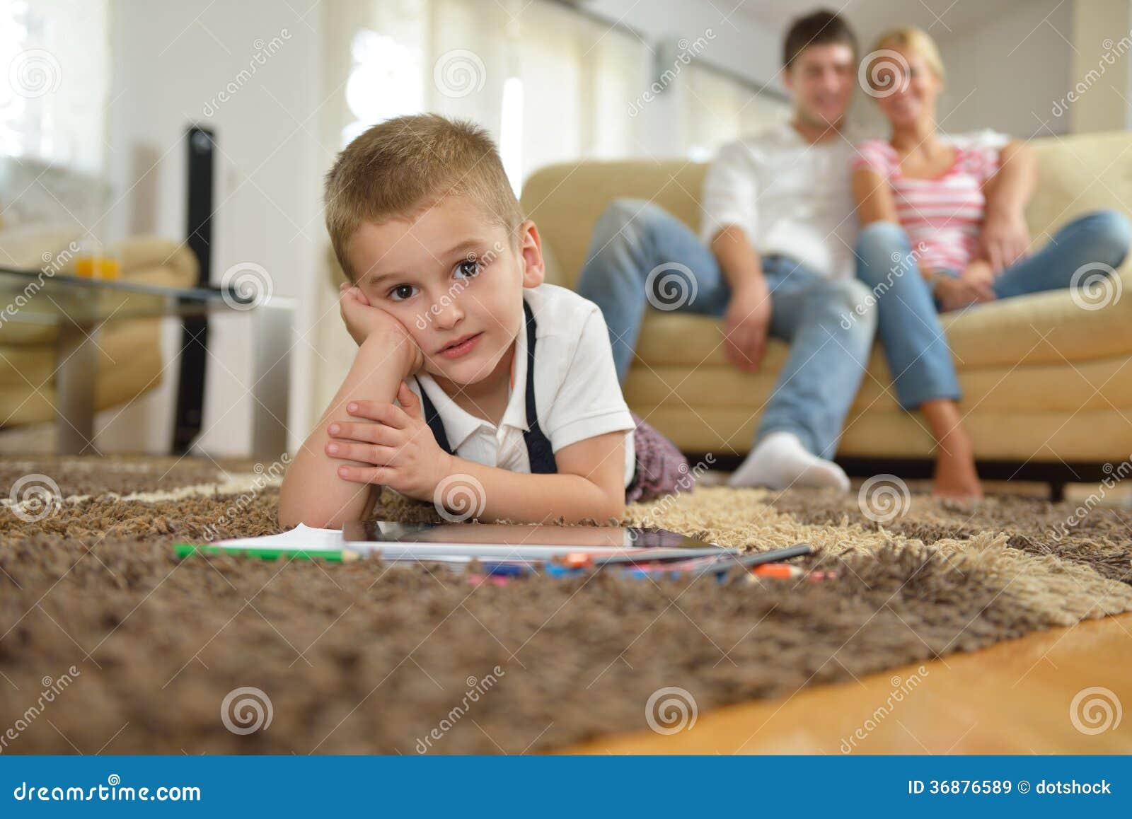 Download Famiglia Che Attinge Consiglio Scolastico A Casa Illustrazione di Stock - Illustrazione di famiglia, imparare: 36876589