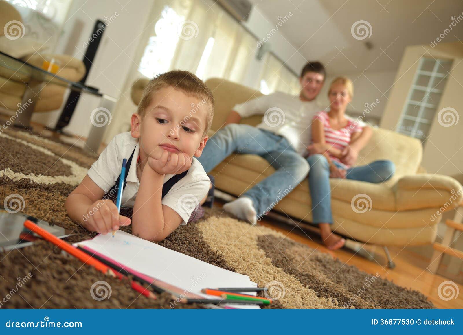 Download Famiglia Che Attinge Consiglio Scolastico A Casa Fotografia Stock - Immagine di cute, dell: 36877530