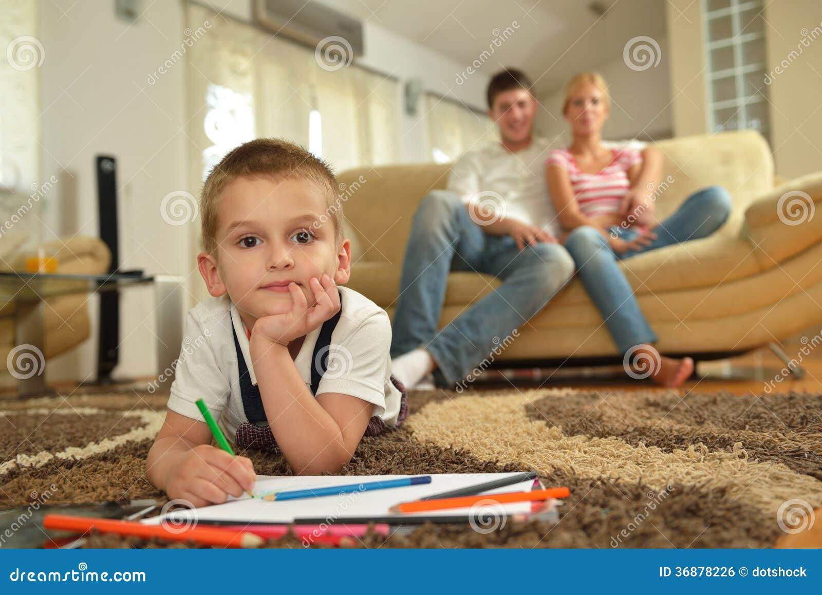Download Famiglia Che Attinge Consiglio Scolastico A Casa Fotografia Stock - Immagine di spiegazione, imparare: 36878226