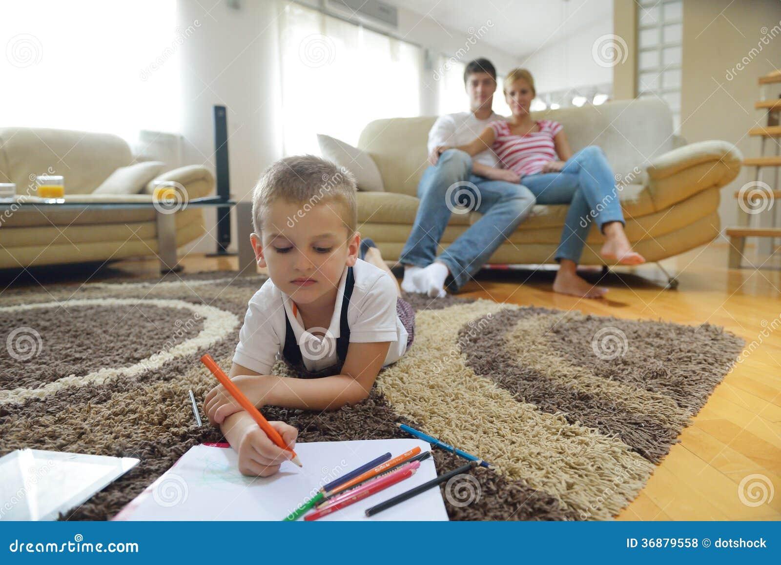 Download Famiglia Che Attinge Consiglio Scolastico A Casa Fotografia Stock - Immagine di dell, aula: 36879558