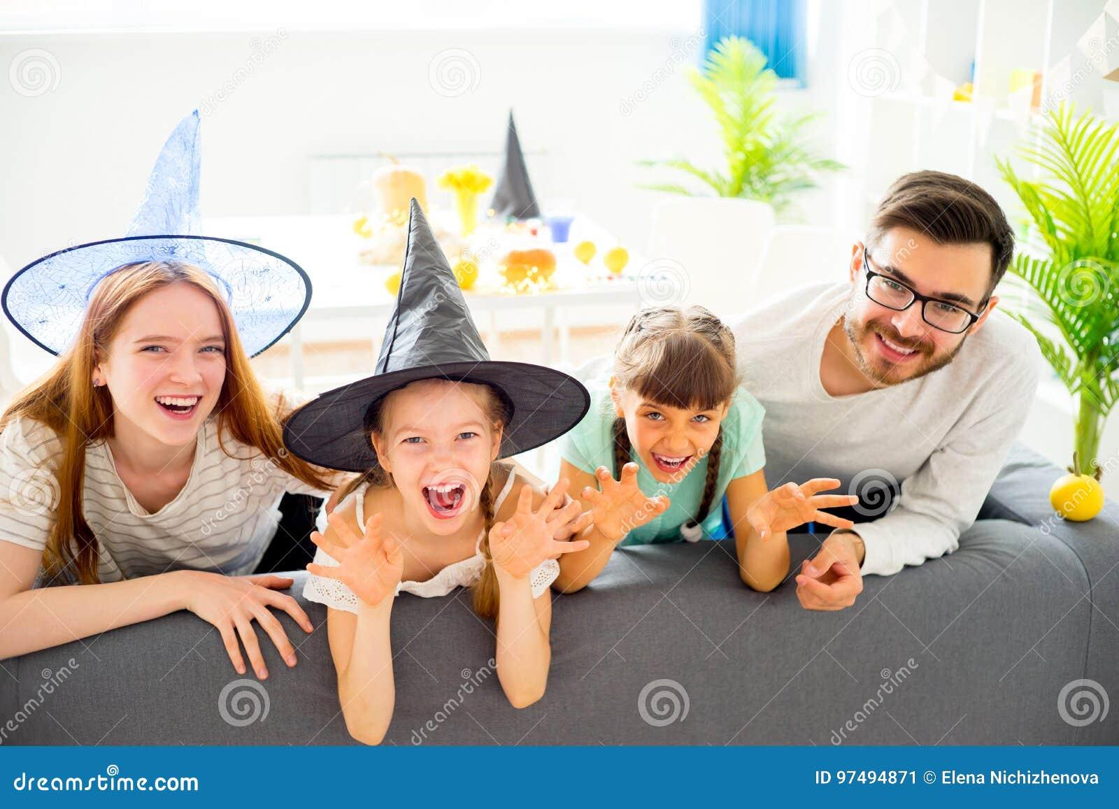 Famiglia che celebra Halloween
