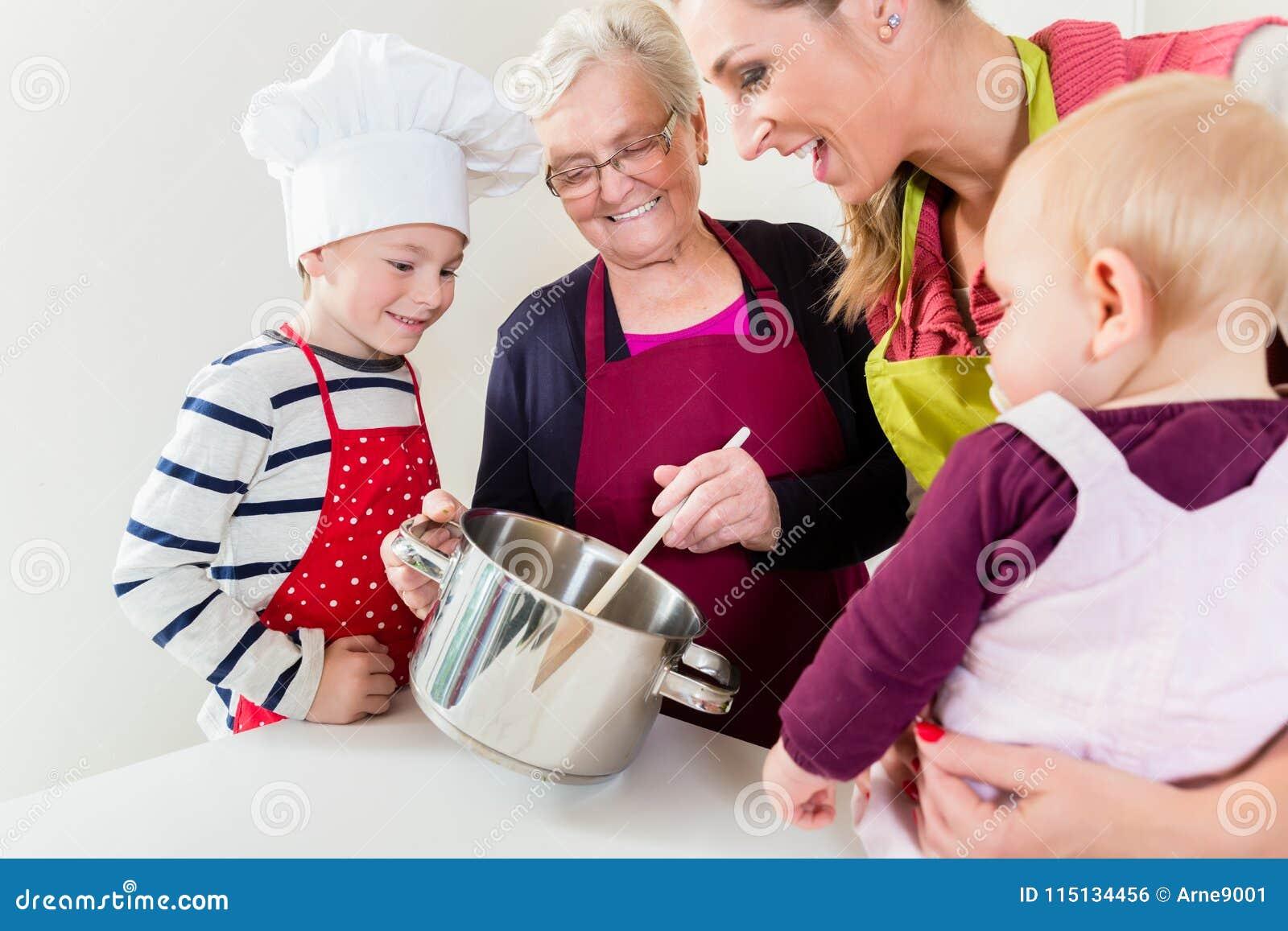 Famiglia che cucina nella famiglia multigenerational
