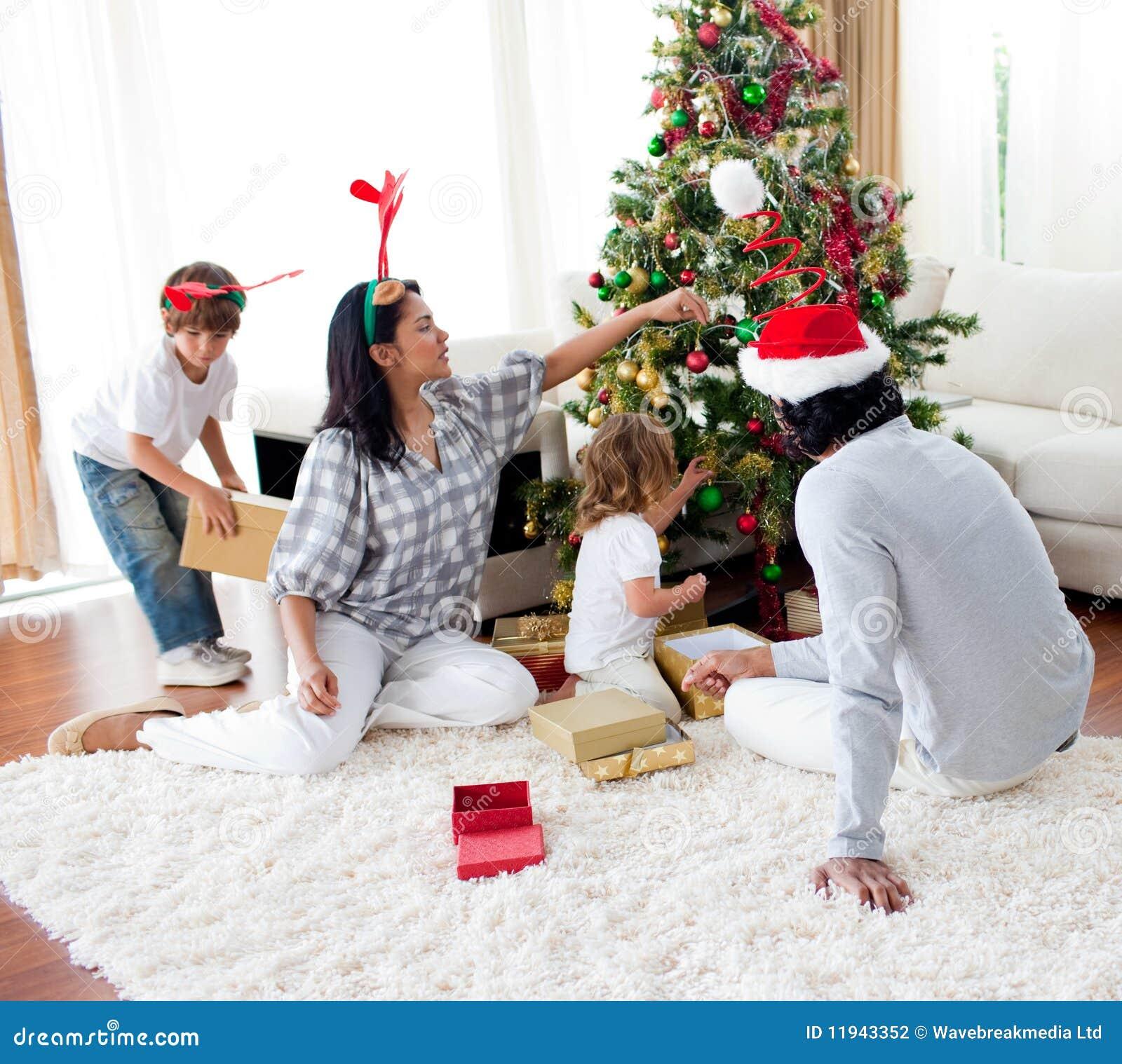 Foto Di Natale Famiglia.Famiglia Che Decora Un Albero Di Natale Fotografia Stock