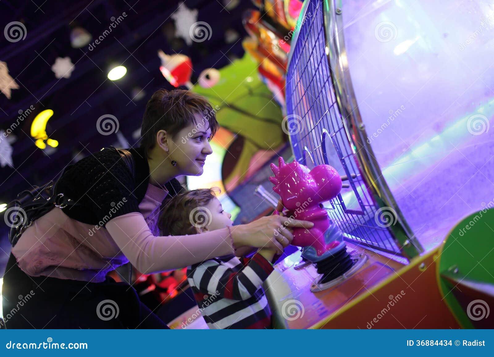 Download Famiglia Che Gioca Nel Divertimento Fotografia Stock - Immagine di bambino, fortuna: 36884434