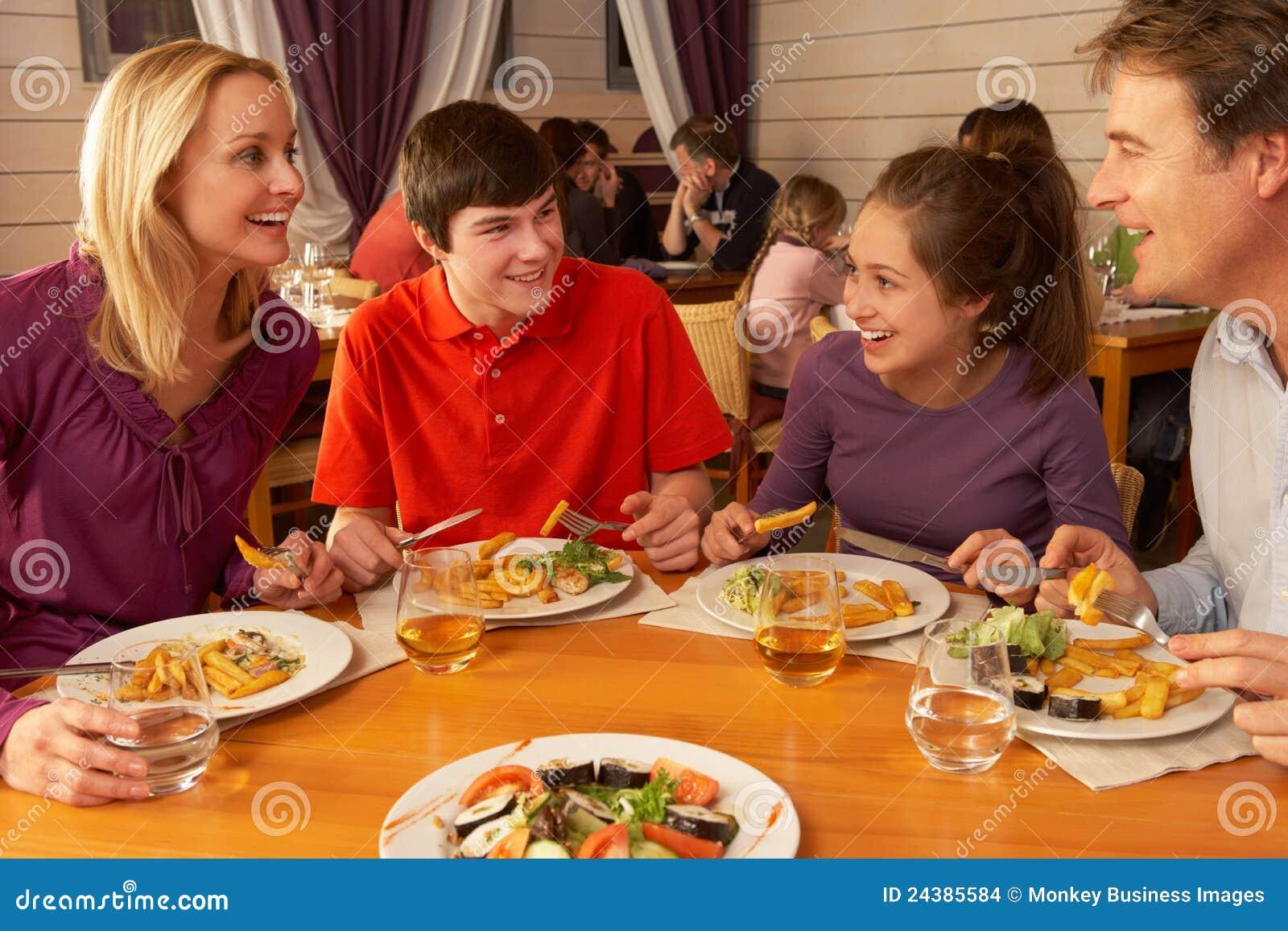 Famiglia che mangia insieme pranzo nel ristorante