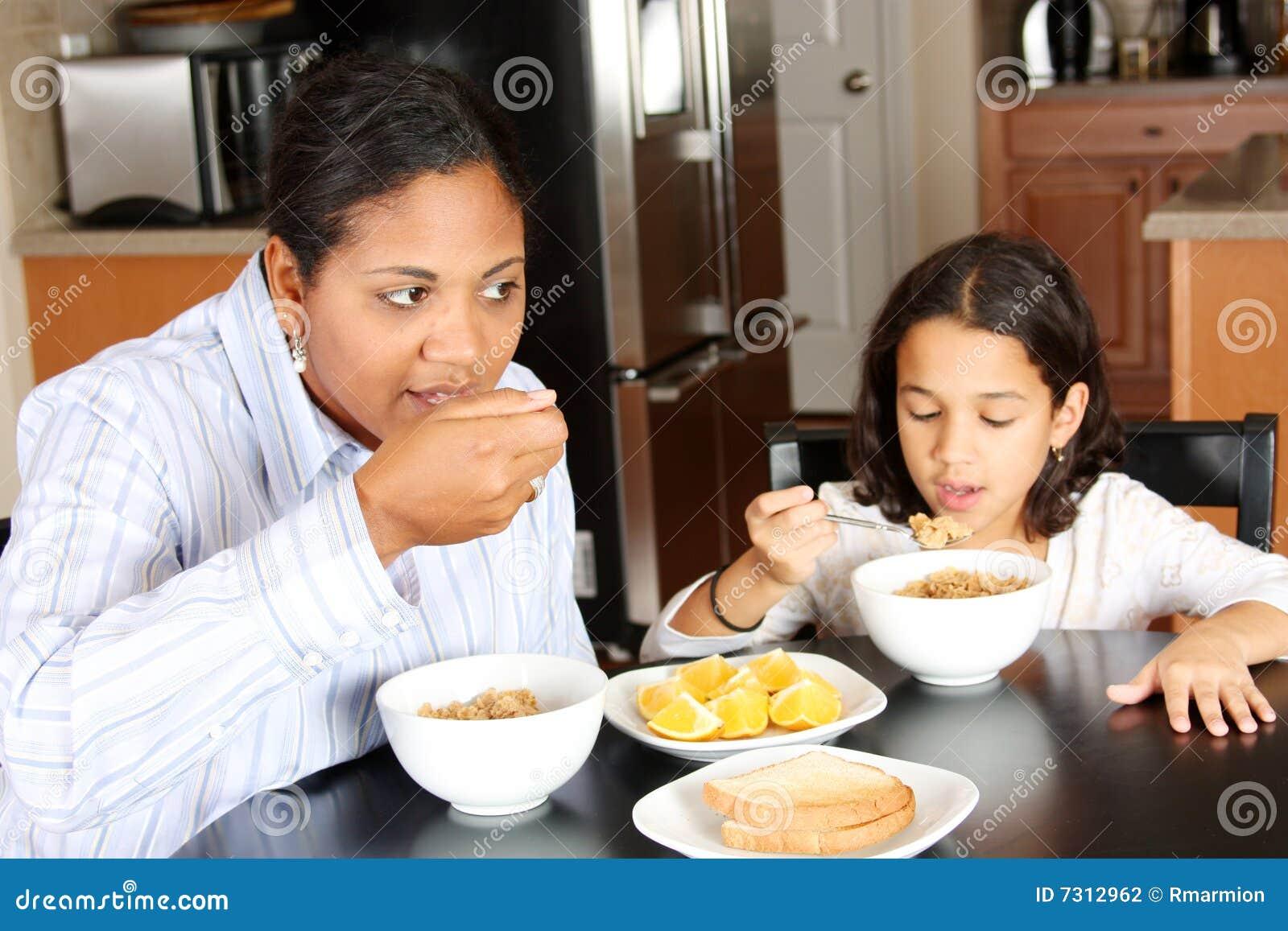 Famiglia che mangia prima colazione